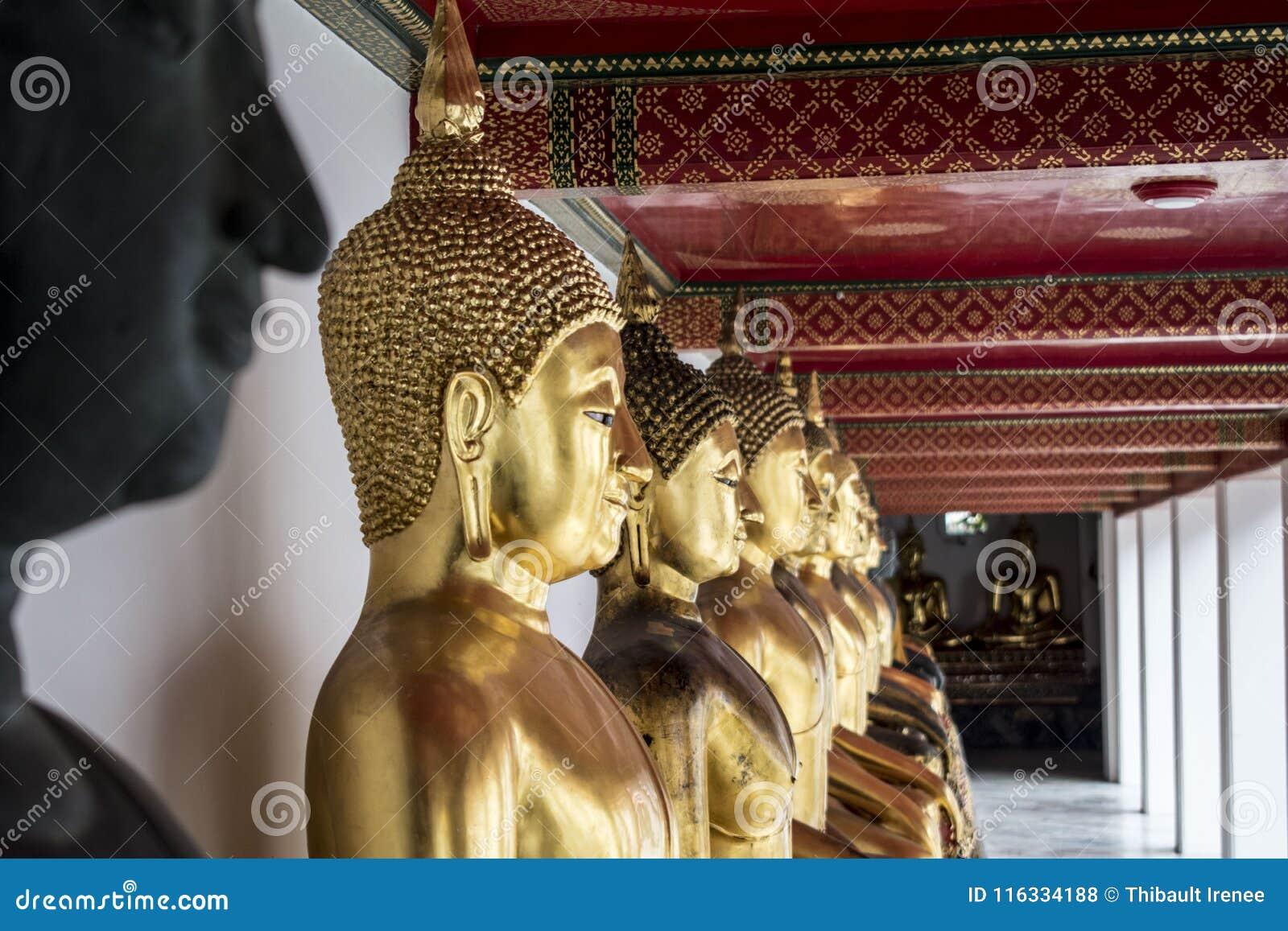 Estatuas budistas en el templo de Wat Pho en Bangkok