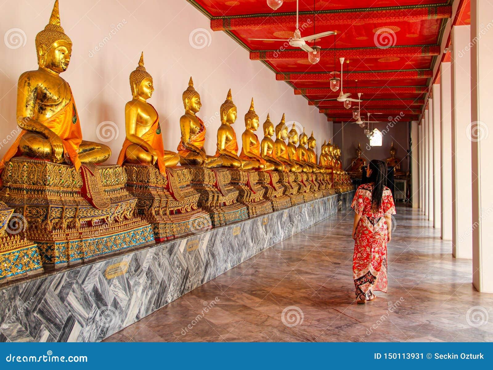 Estatuas budistas en templo budista en Bangkok