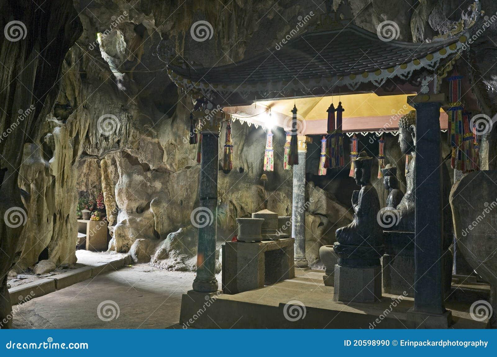 Estatuas de Buddha en cueva