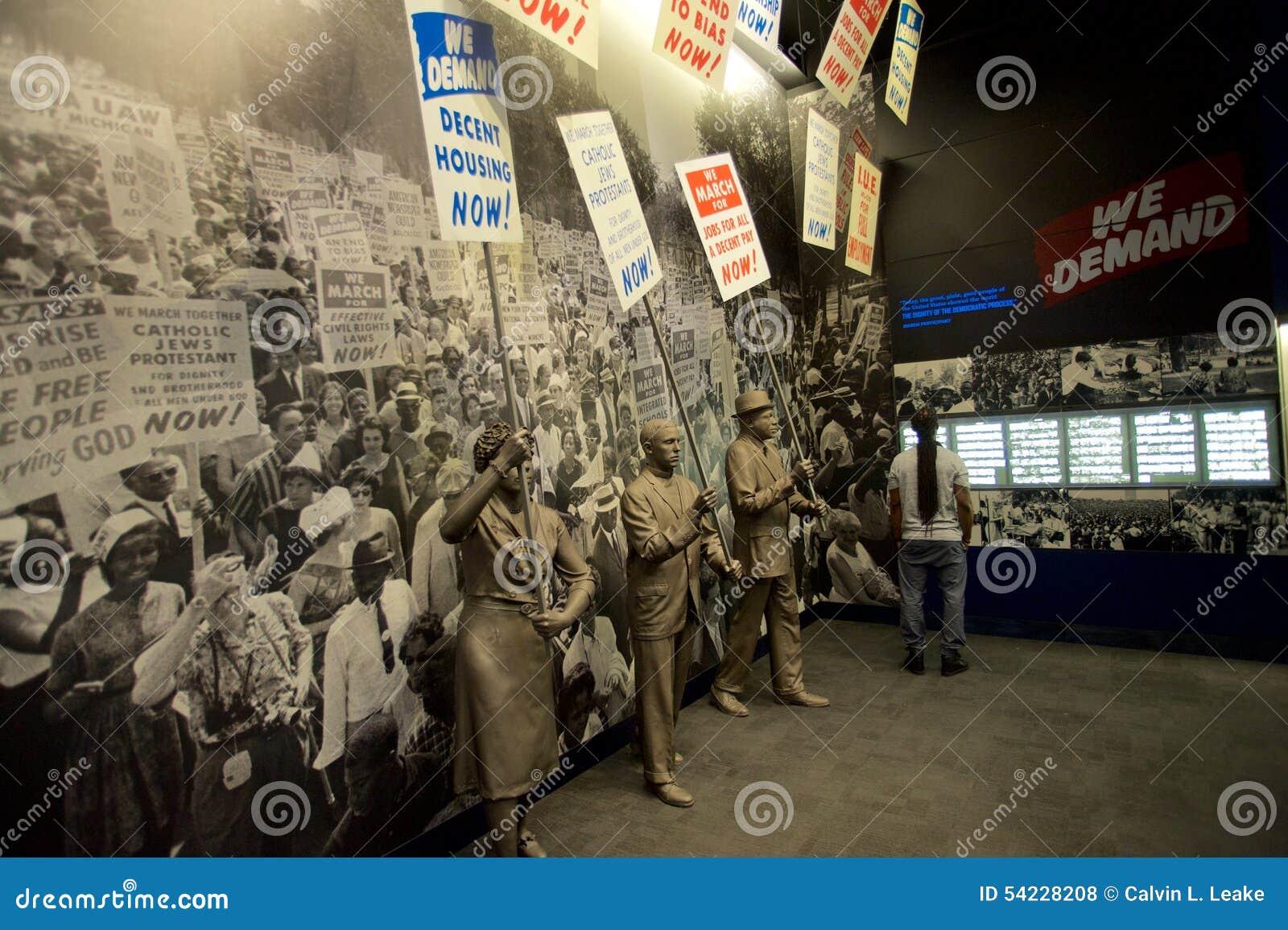 Estatuas de los afroamericanos que marchan dentro del museo nacional de las derechas civiles en Lorraine Motel