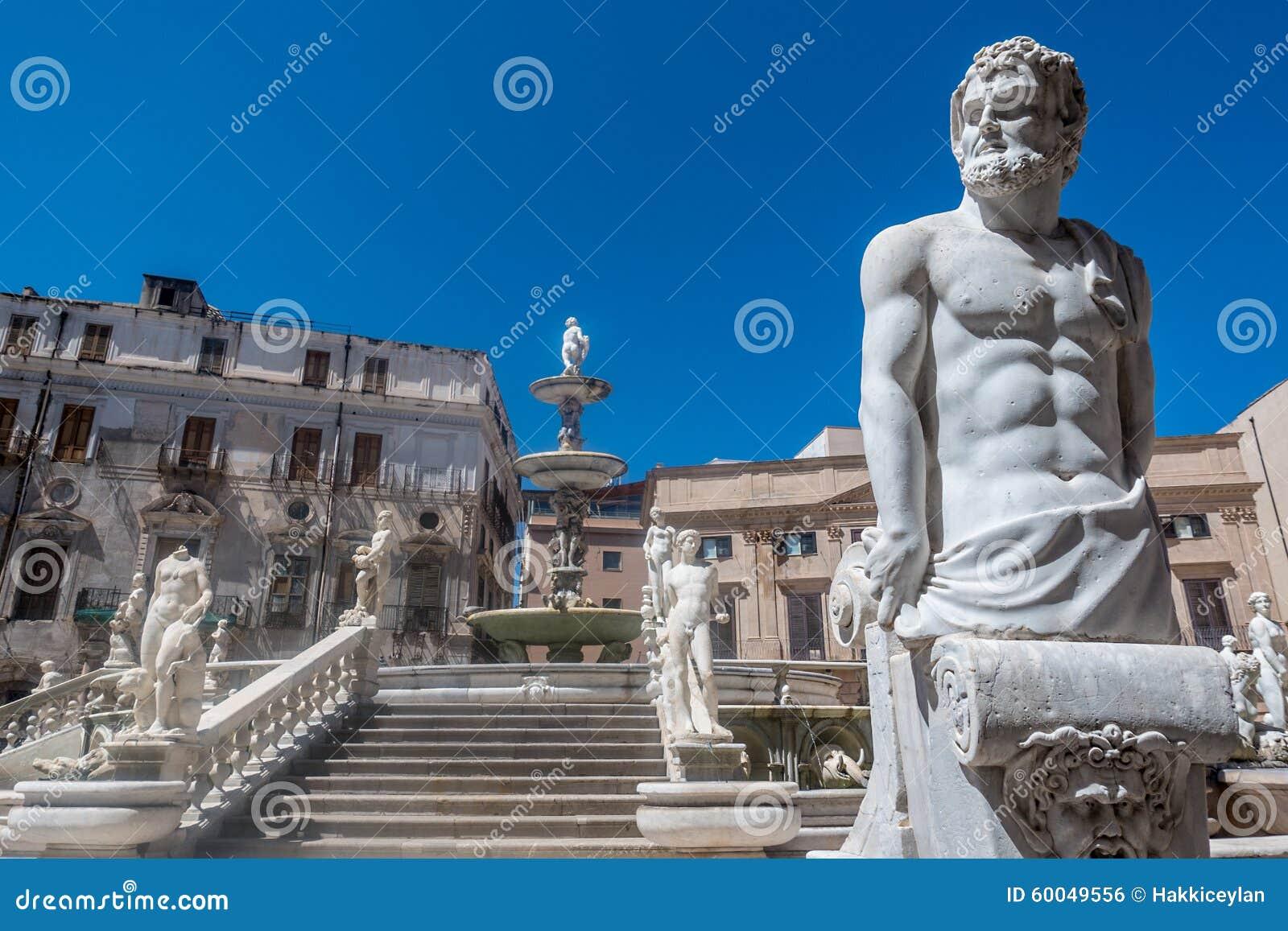 Estatuas de mármol en la escalera, Palermo, Italia