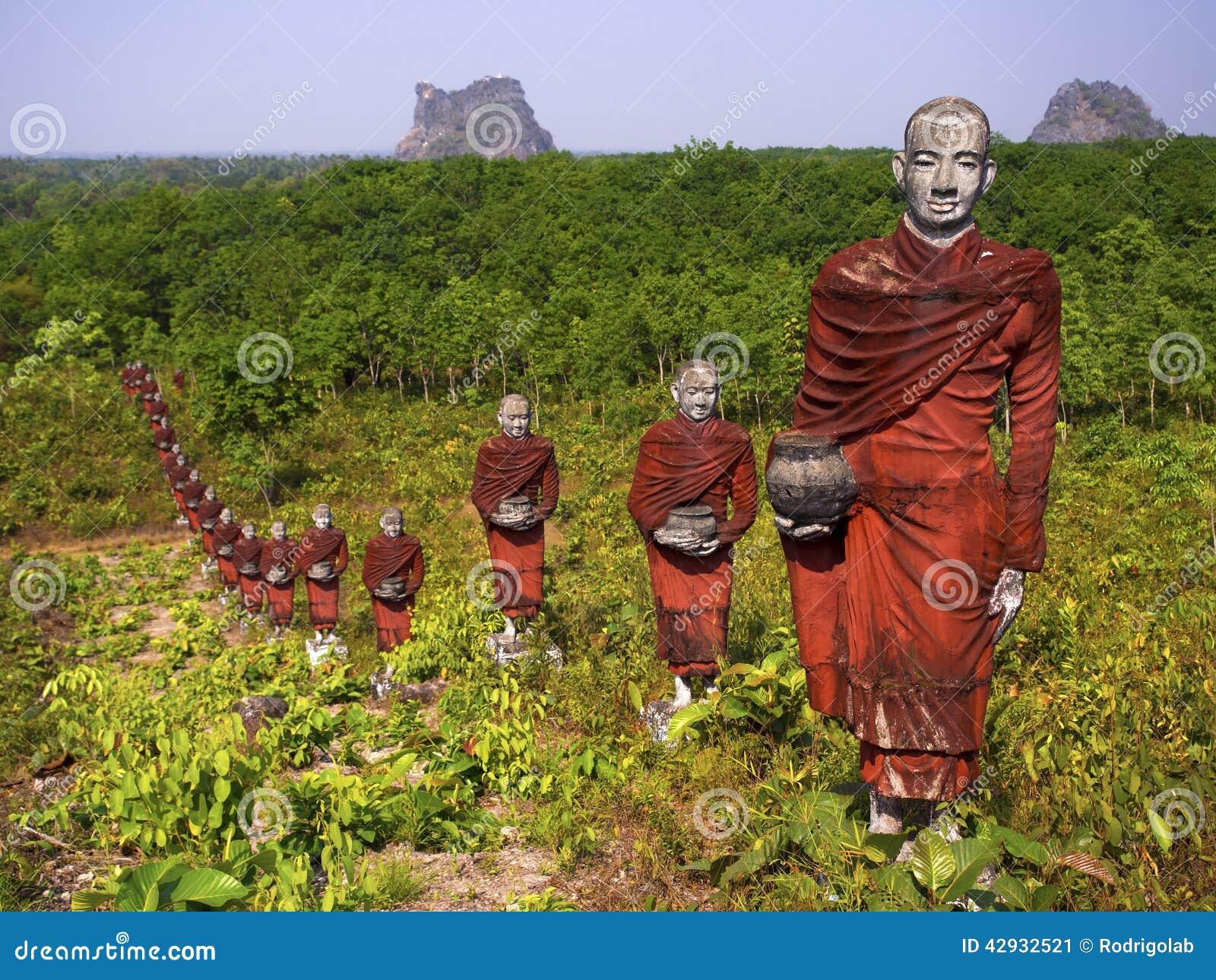 Estatuas de monjes budistas en el bosque, Mawlamyine, Myanmar