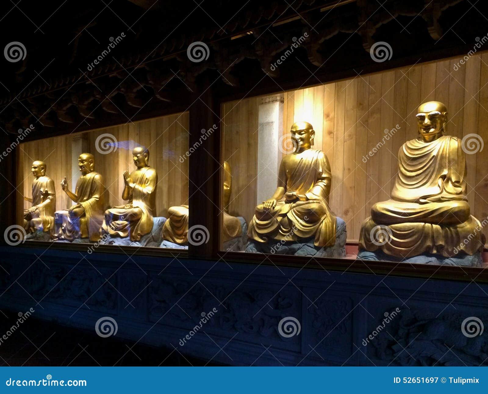 Estatuas de oro de arhats en el templo de Nanputuo en la ciudad de Xiamen, China
