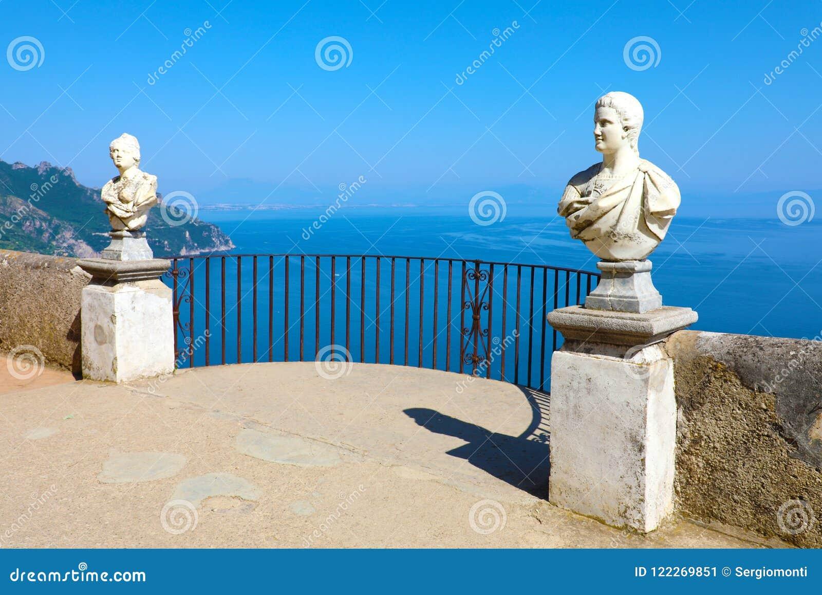 Estatuas de piedra en la terraza soleada del infinito en el chalet Cimbrone sobre el mar en Ravello, costa de Amalfi, Italia