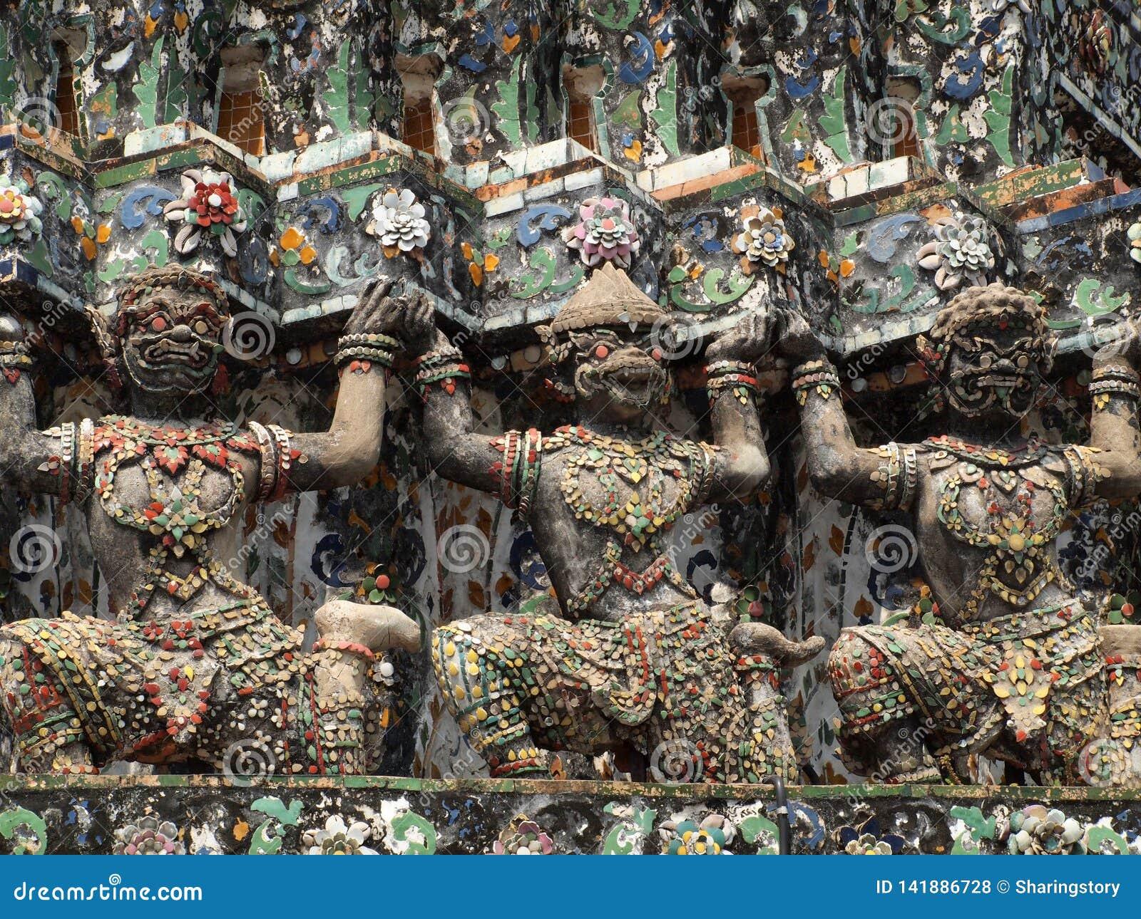 Estatuas del guarda del demonio que adornan el templo budista