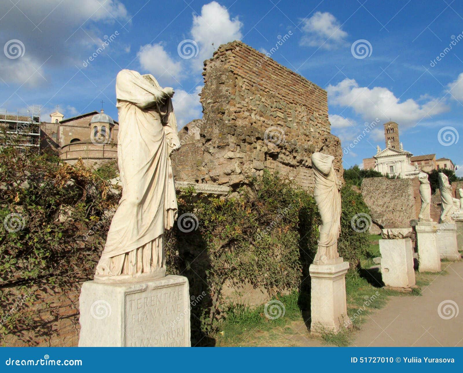 Estatuas en las ruinas de Roman Forum en Roma