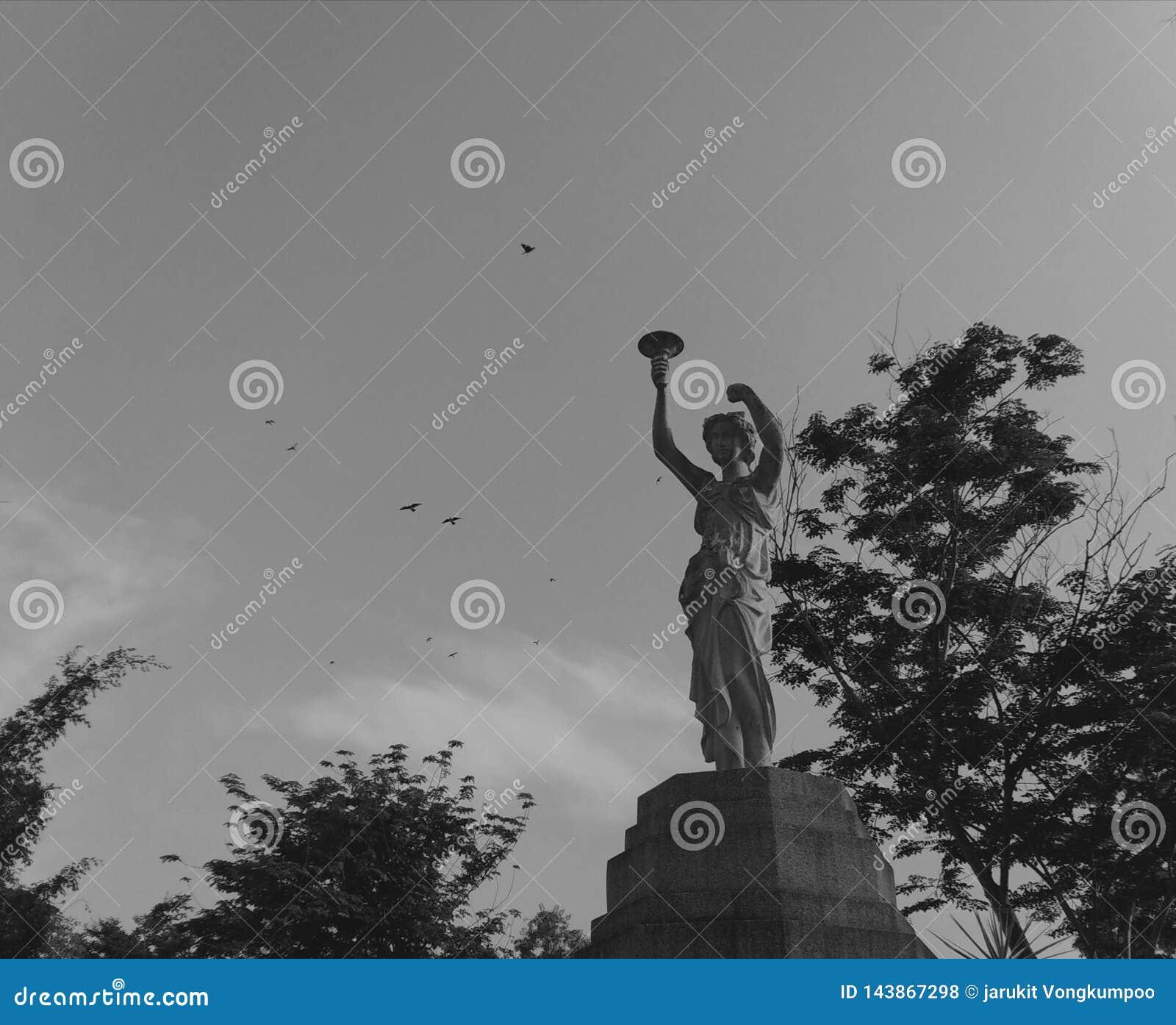 Estatuas hermosas adornadas con opiniones en el jard?n