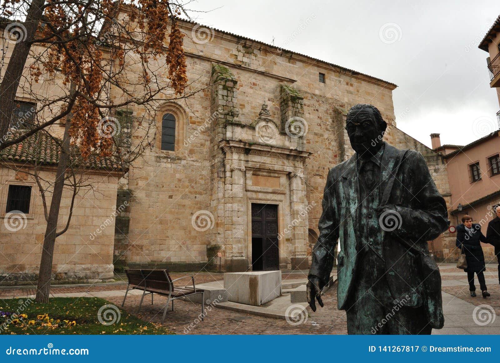 Estatue and San Ildefonso church, Zamora, Spain