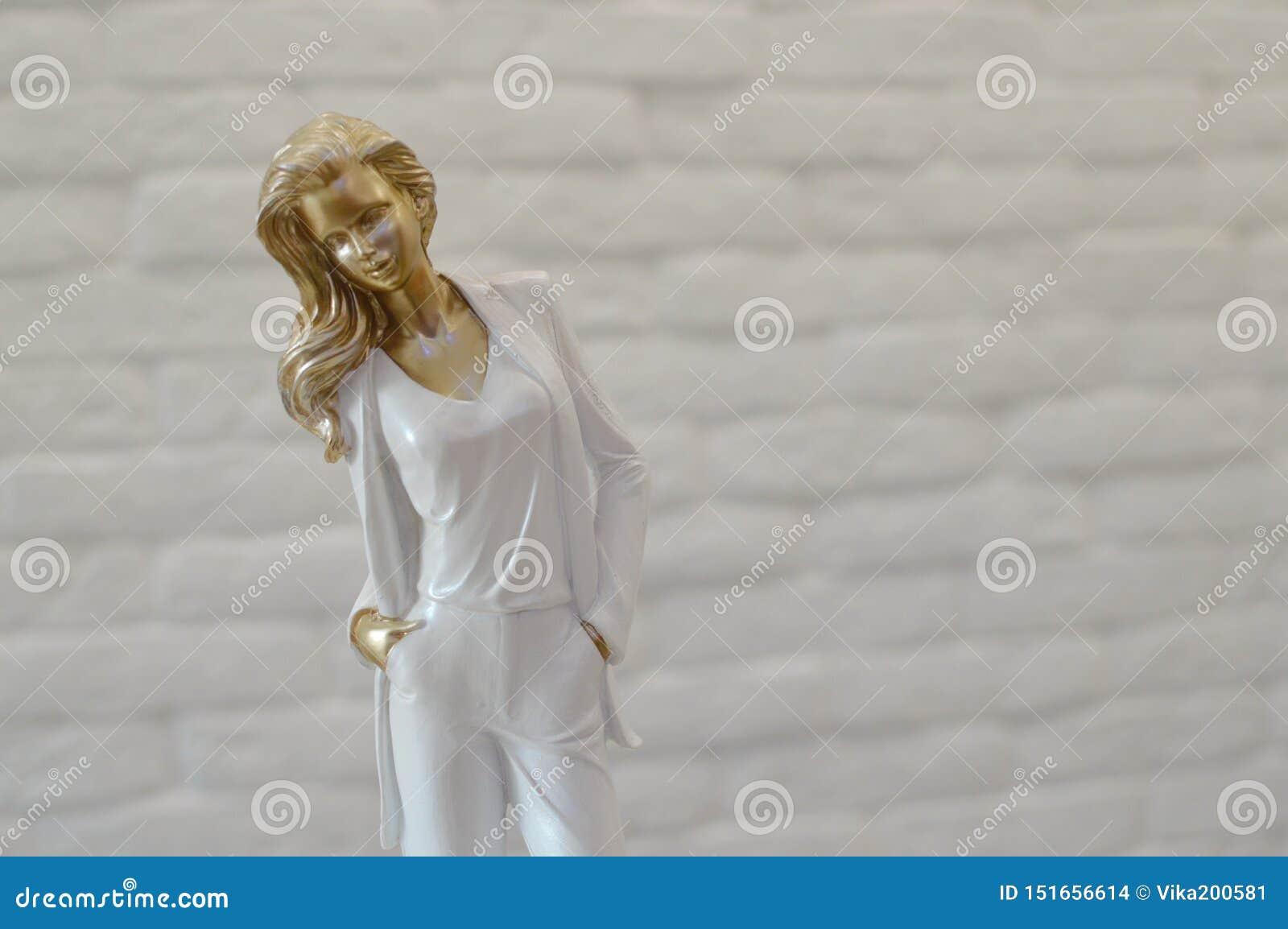 Estatueta à moda da jovem mulher
