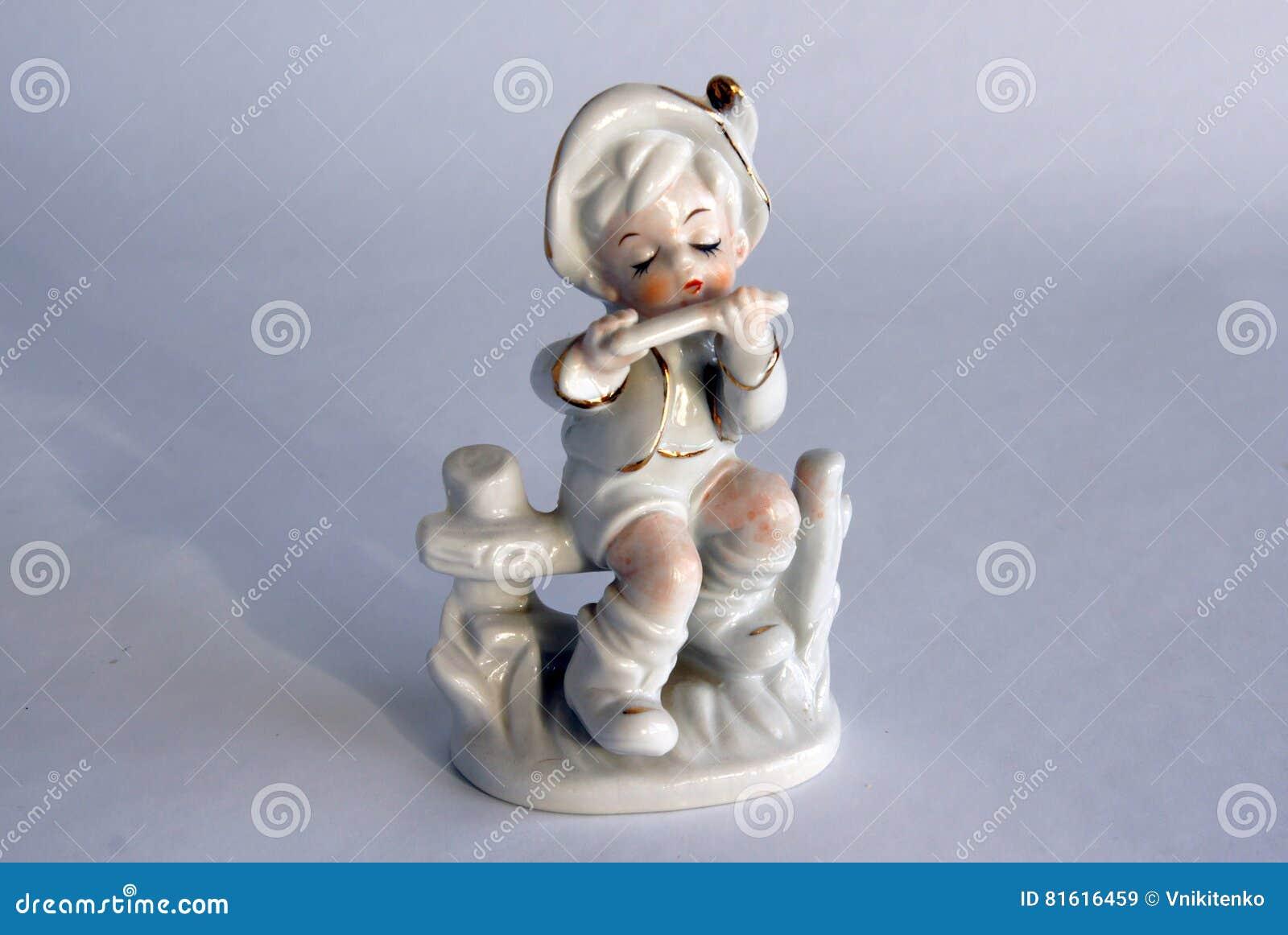 Estatueta da porcelana de um menino