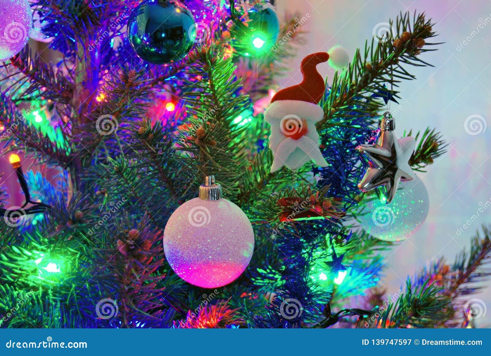 Estatueta de Santa Claus na árvore de Natal