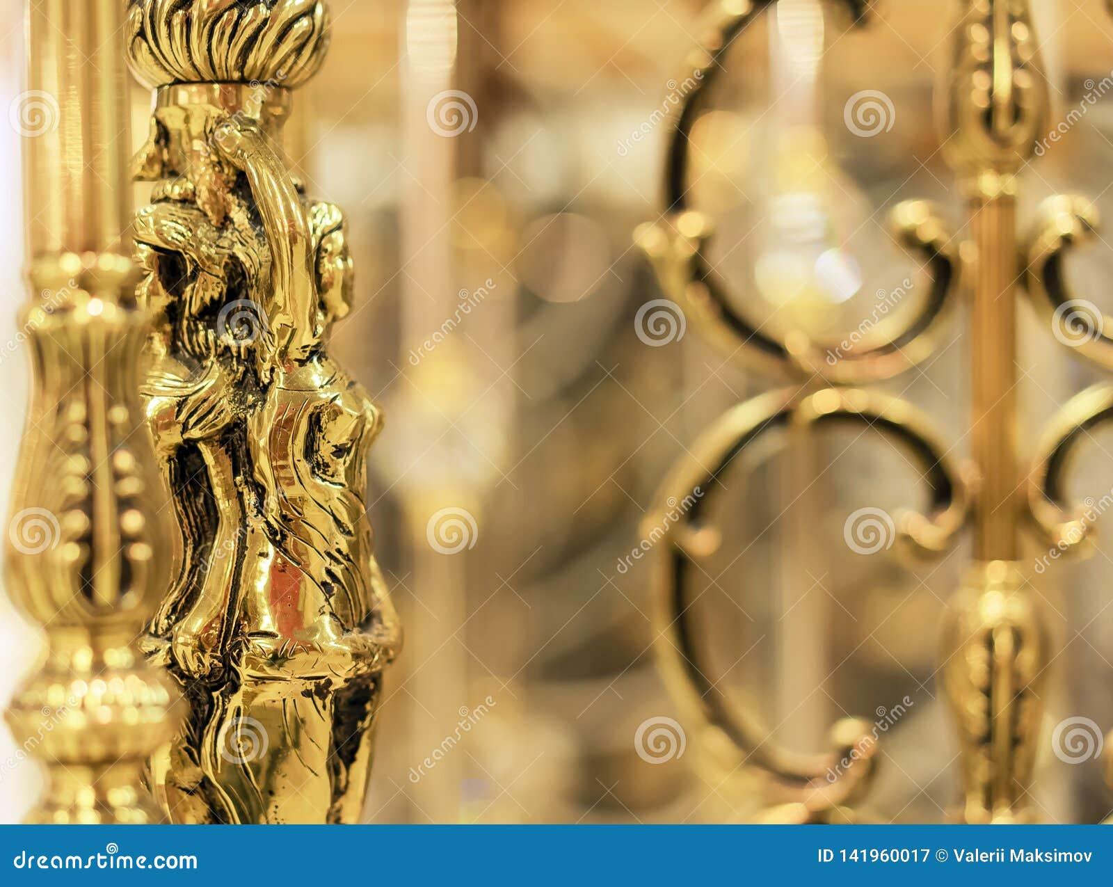 Estatueta dourada fêmea, artigo decorativo do interior