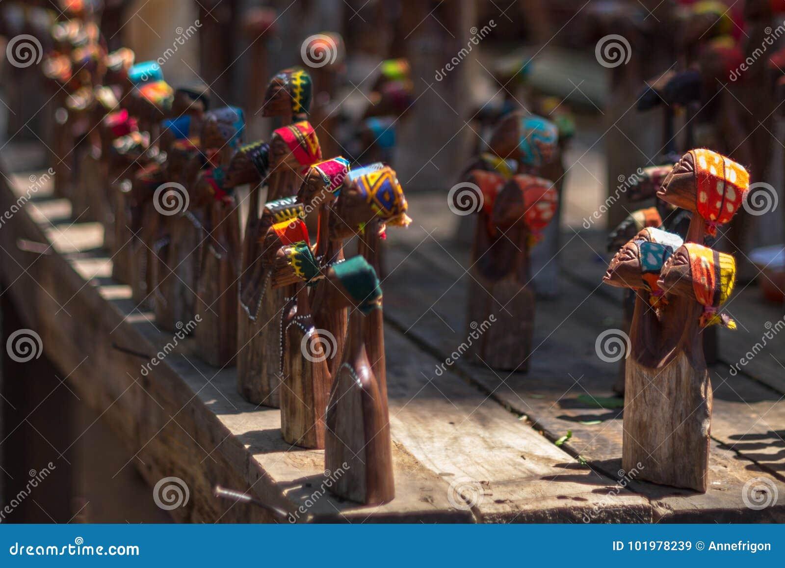 Estatuetas de madeira no mercado do ofício em Suazilândia