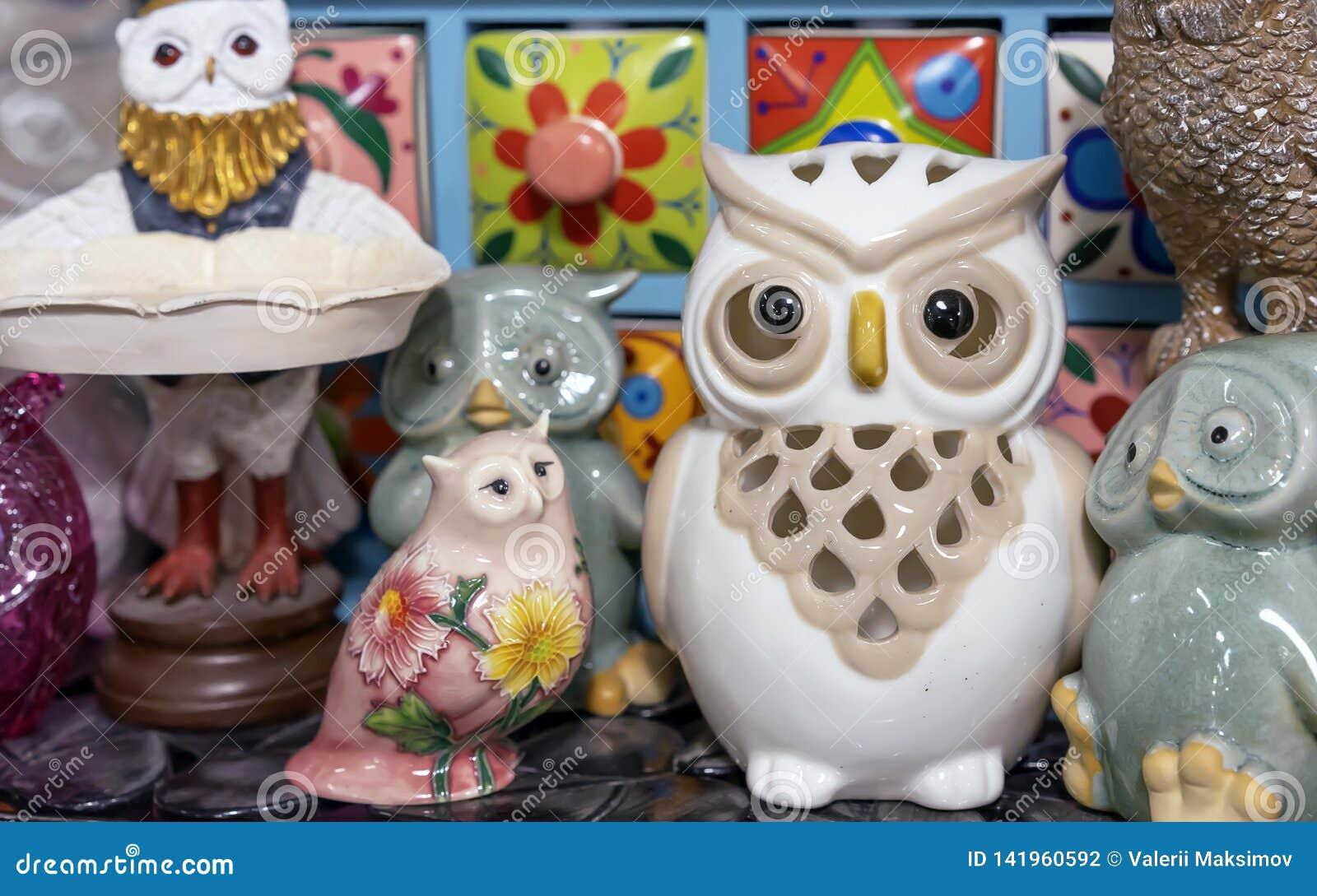 Estatuetas diferentes das corujas na loja de lembranças