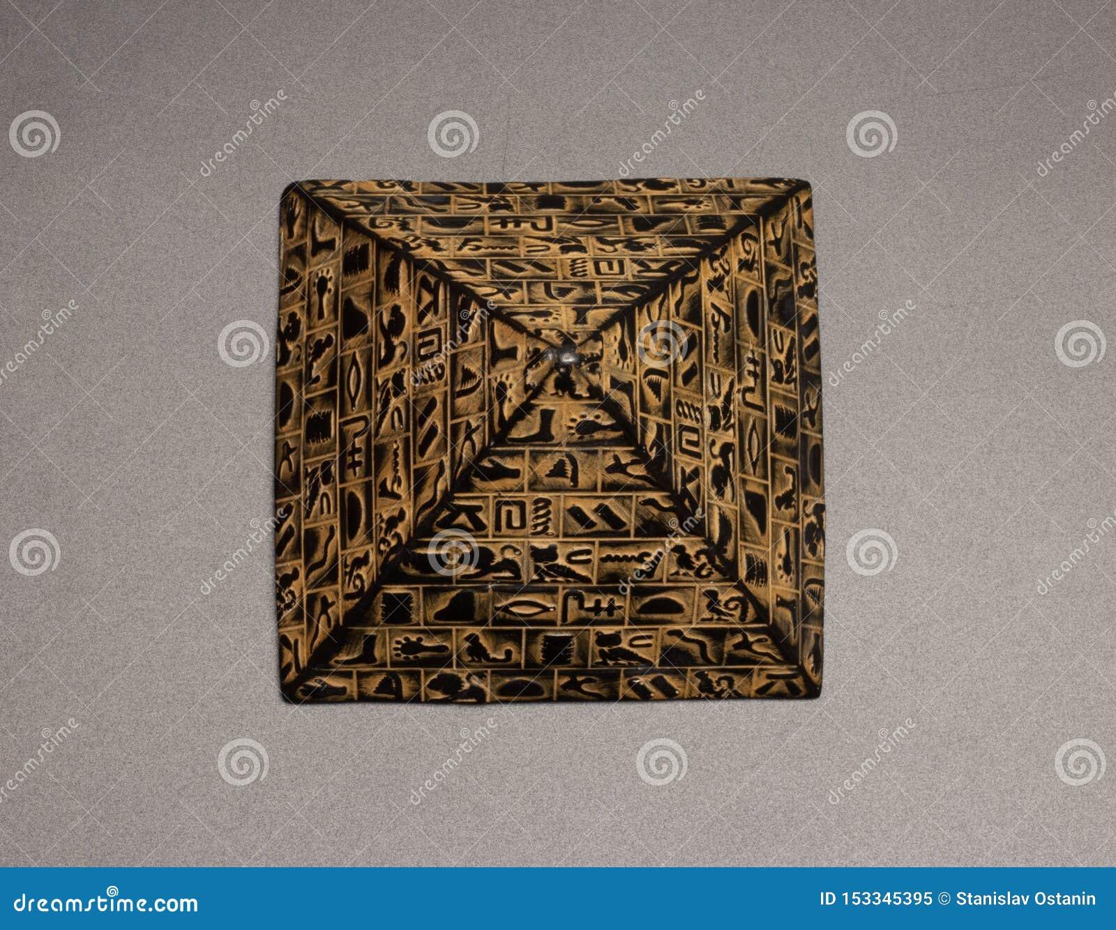 Estatuilla de la pirámide