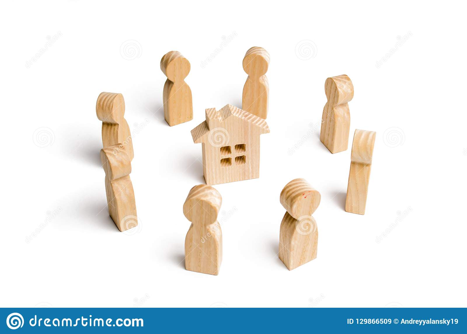 Estatuillas de madera del soporte de la gente alrededor de la casa Búsqueda para un nuevo hogar y las propiedades inmobiliarias C