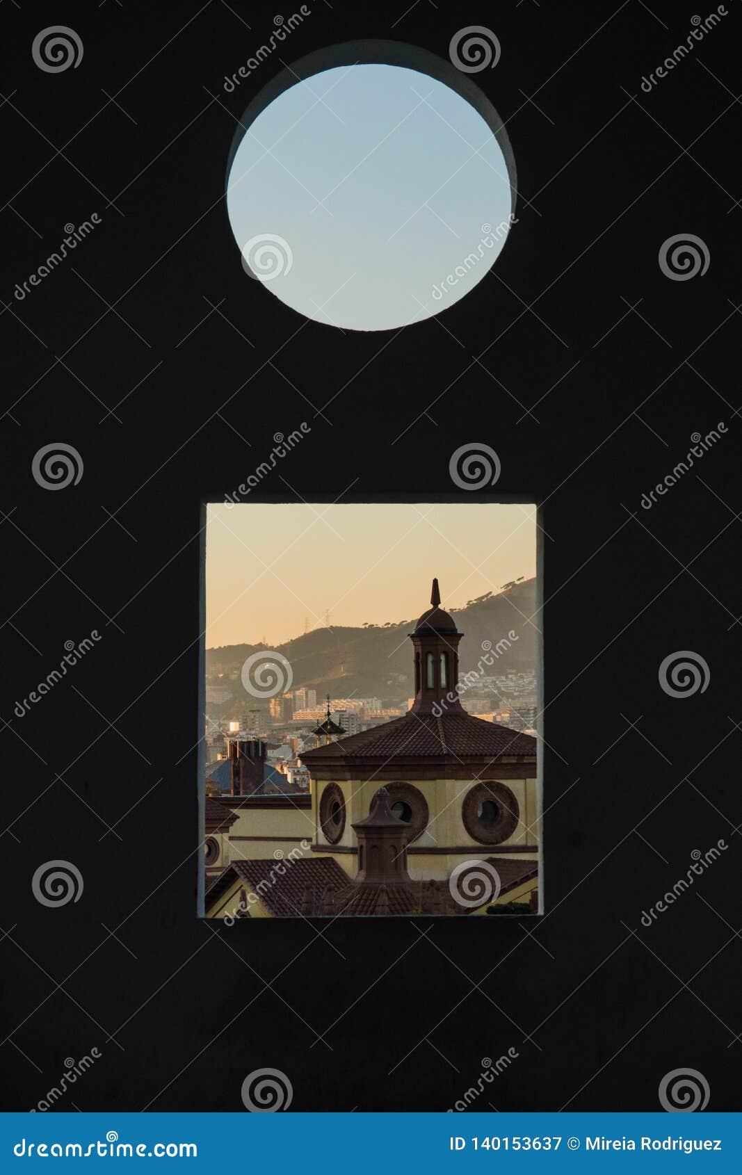 Este é o teatro livre de Teatre LLiure de Montjuïc Montjuic em Barcelona É tempo do por do sol e nós podemos ver a parte da skyl