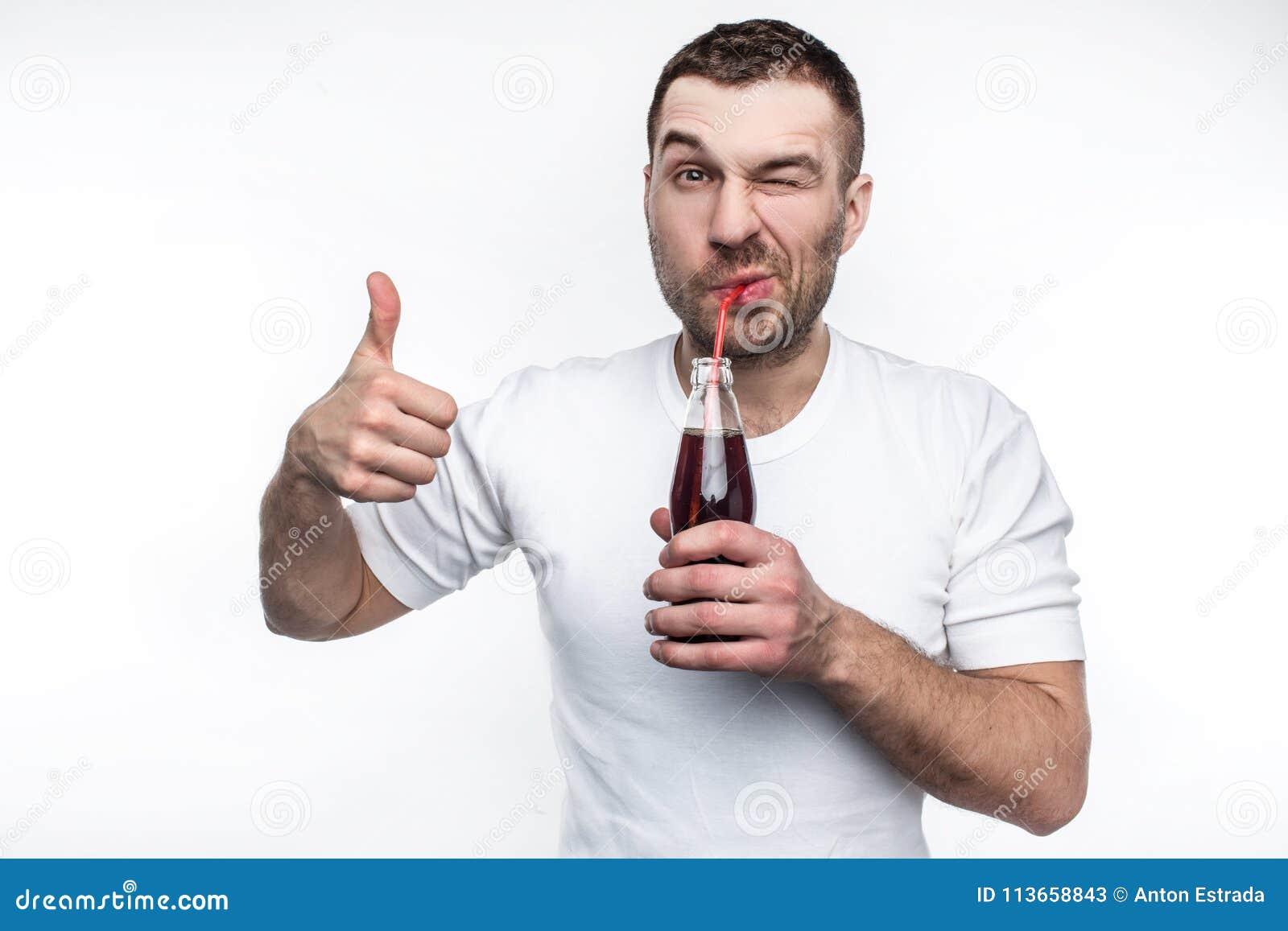 Este homem gosta do fast food muito e das bebidas do doce também Está bebendo o casco da garrafa com prazer também