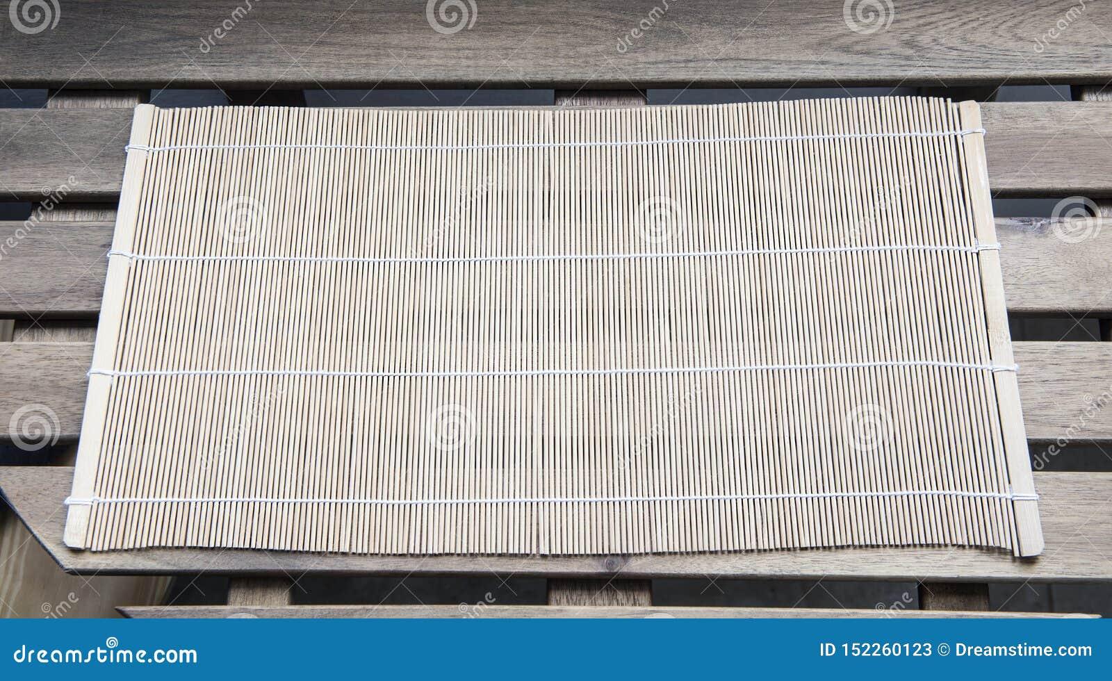Esteira de bambu em uma tabela de madeira