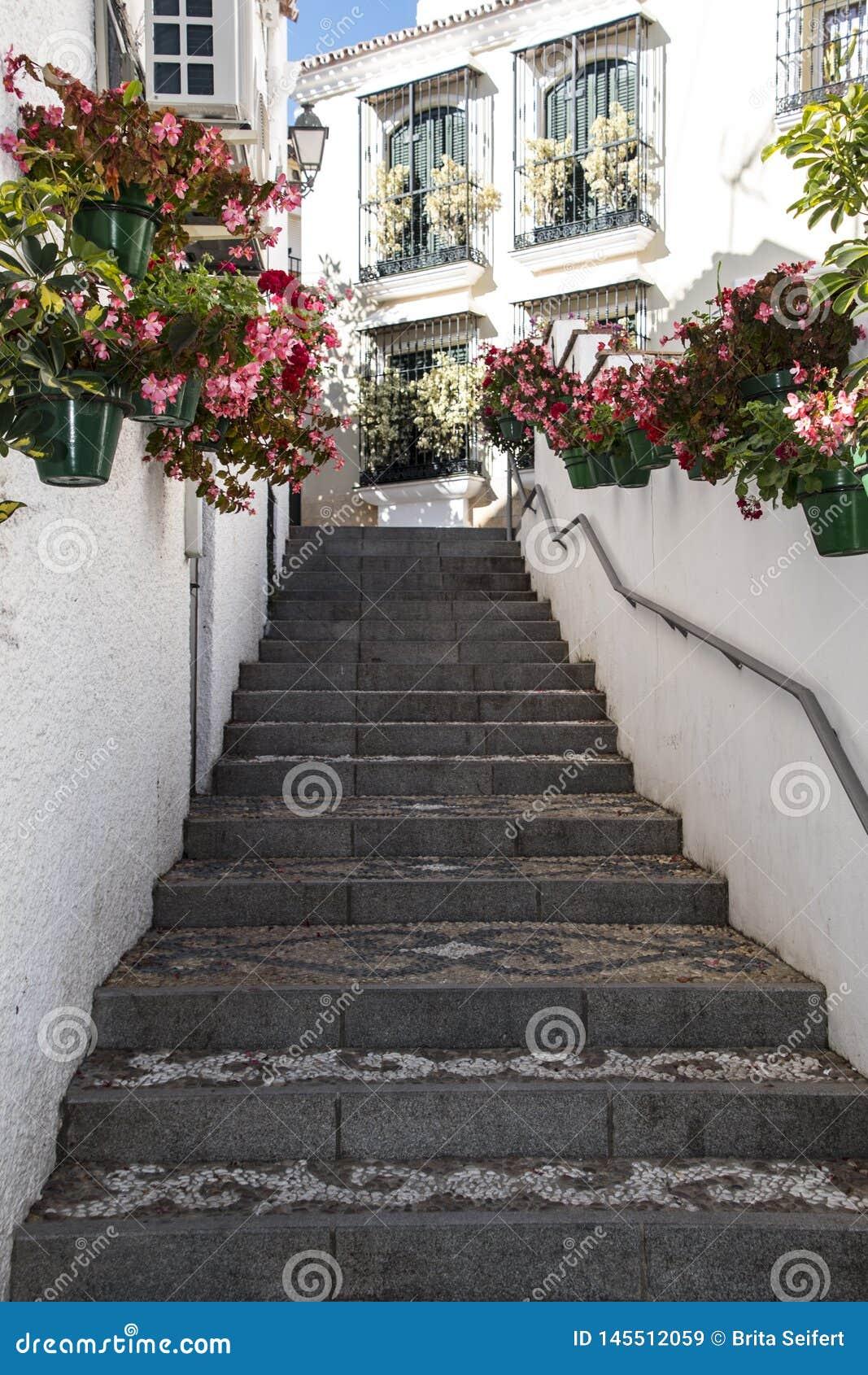 ESTEPONA, SPANIEN - 20. April 2019 - Treppe in der Stadt Estepona, Andalusien, Spanien