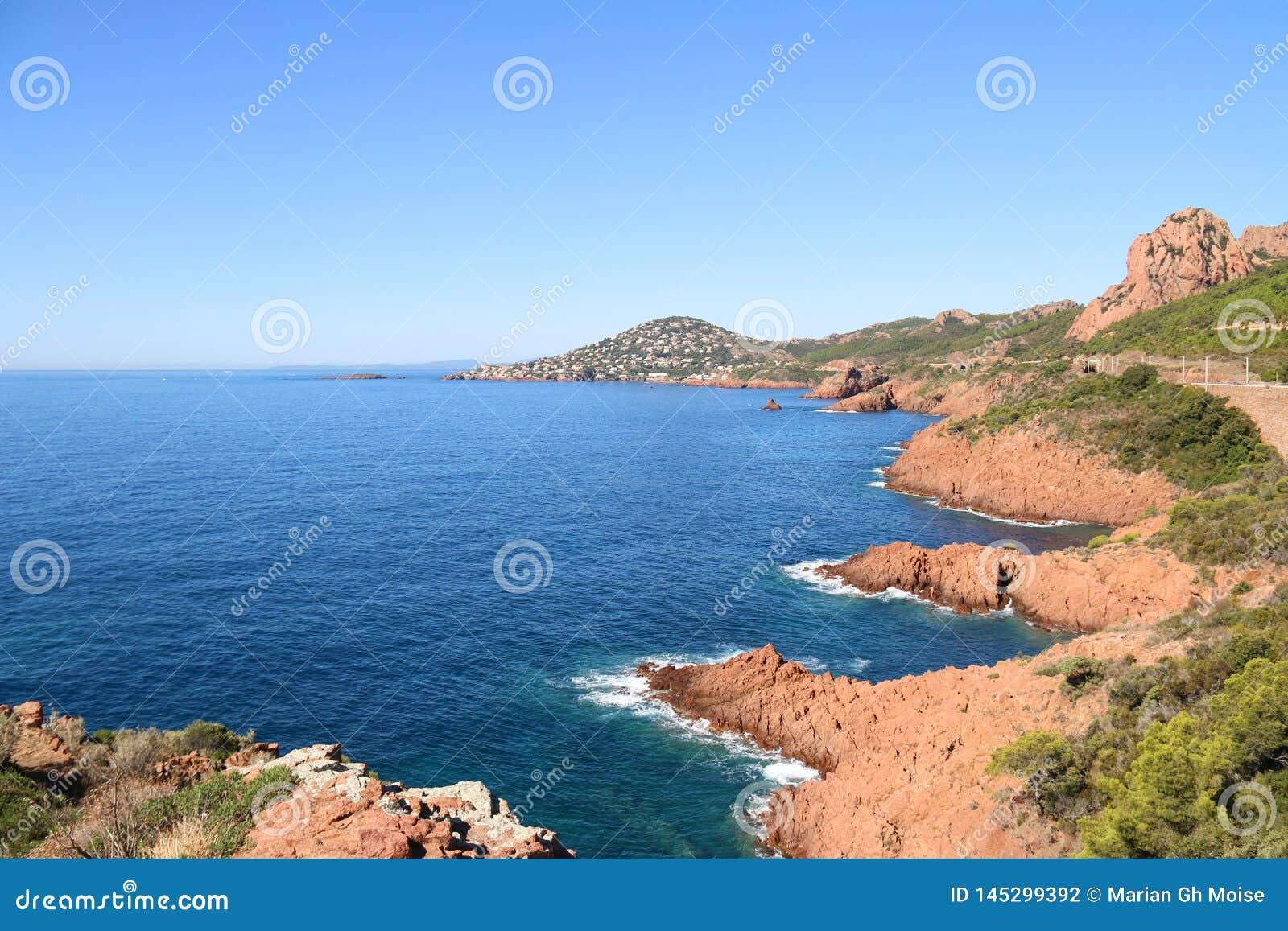 Esterel трясет побережье и море пляжа Коут Azur, Провансаль, Франция