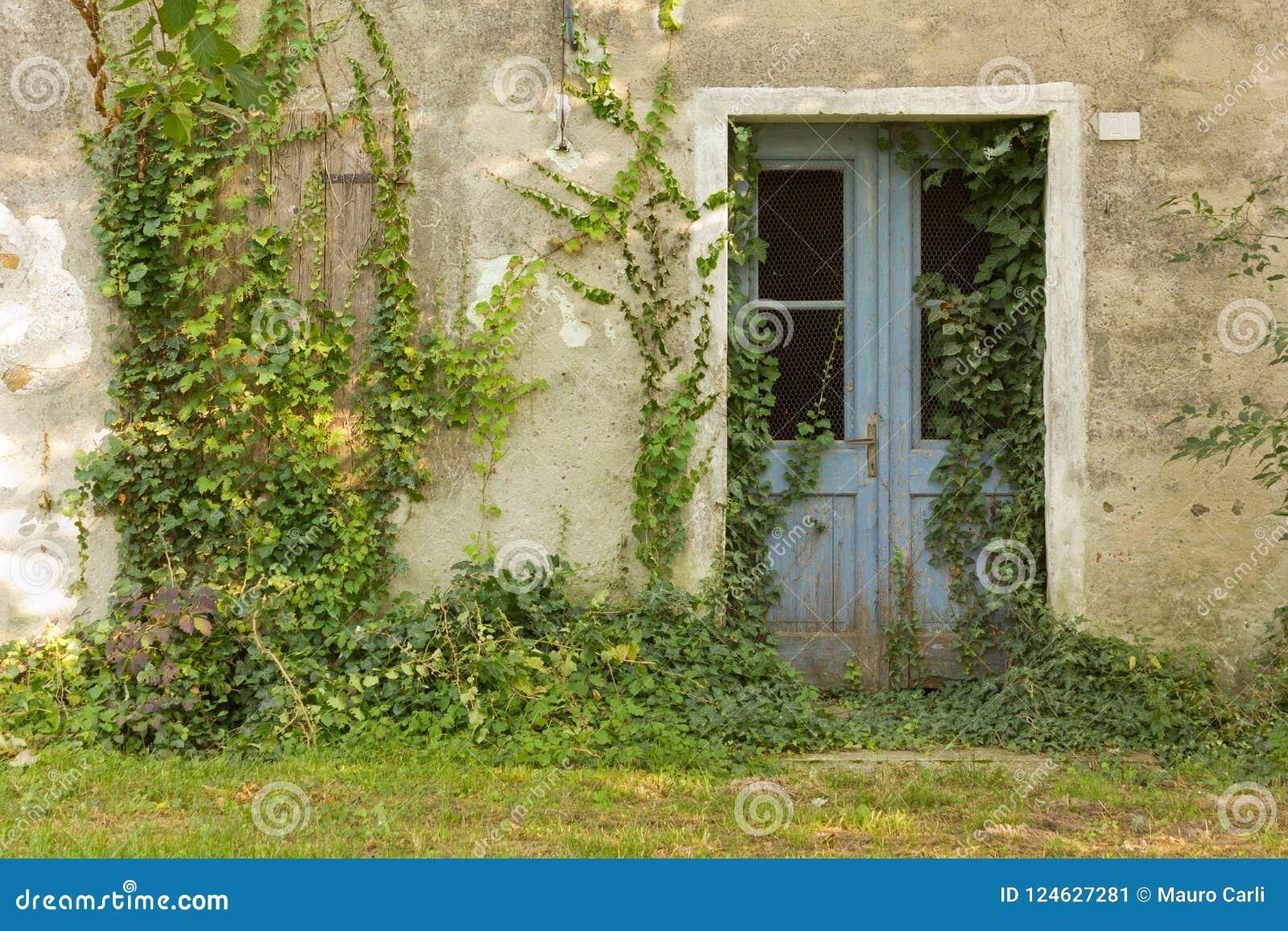 Esterno Casa Di Campagna esterno abbandonato della casa di campagna immagine stock