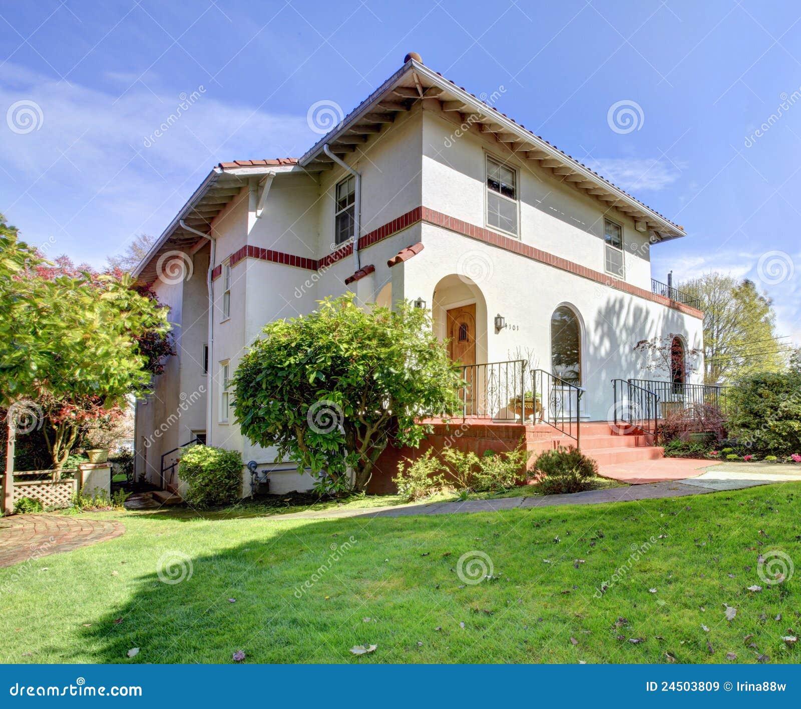 Esterno bianco del fronte interno di stile spagnolo grande for Camino esterno in stile spagnolo