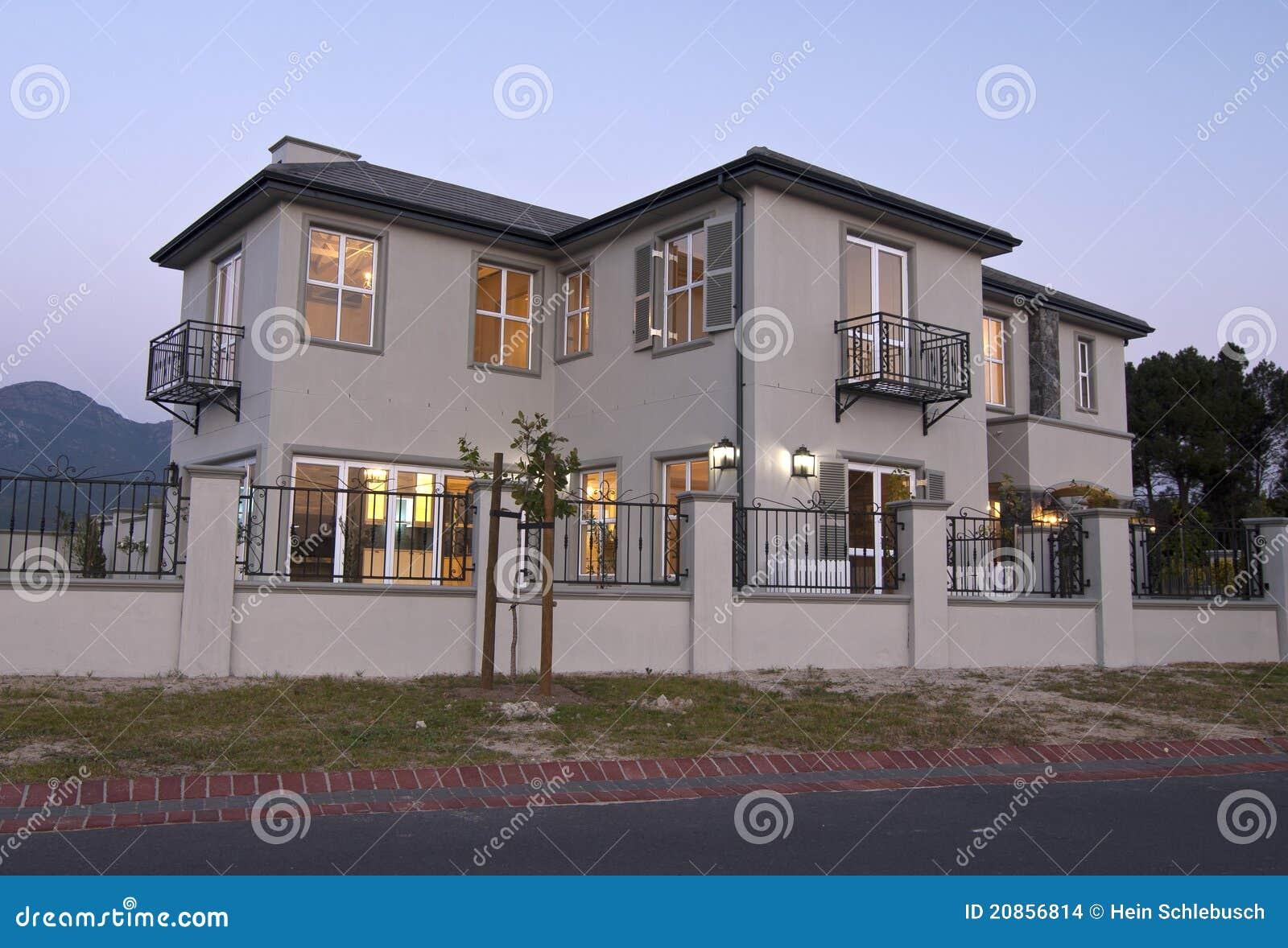 Esterno casa moderna immagini stock immagine 20856814 for Casa moderna bianca esterno