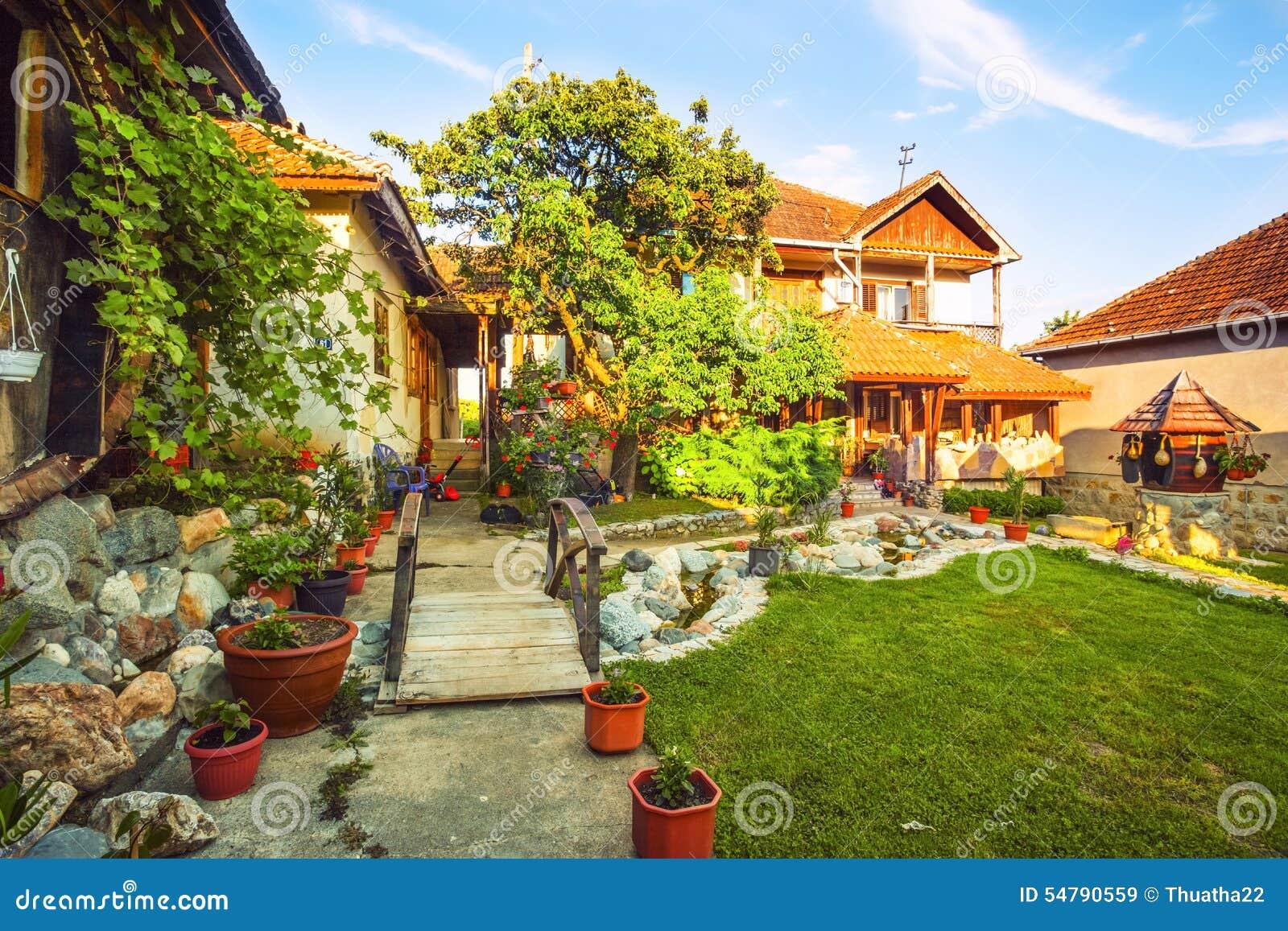 esterno del prato inglese e della casa di campagna