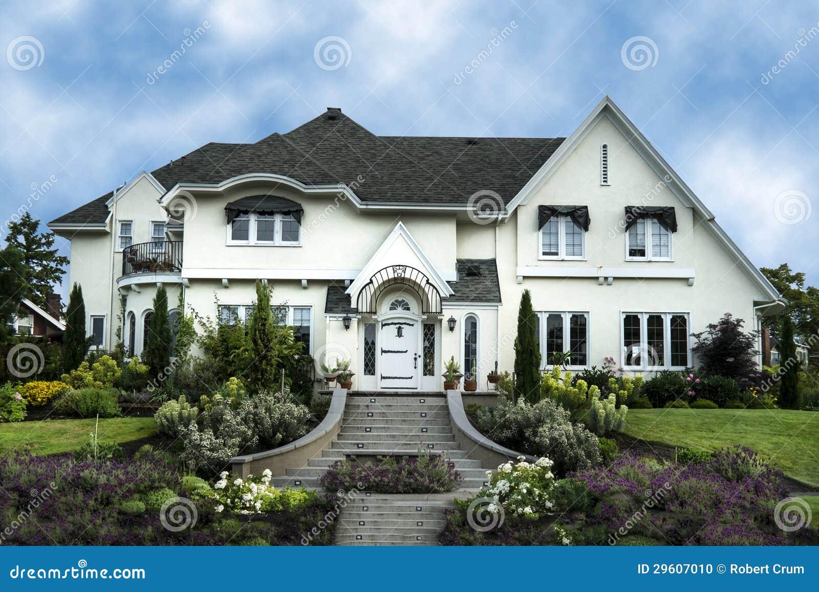 Esterno della casa bianca del lusso dello stucco for Disegni di case in stucco