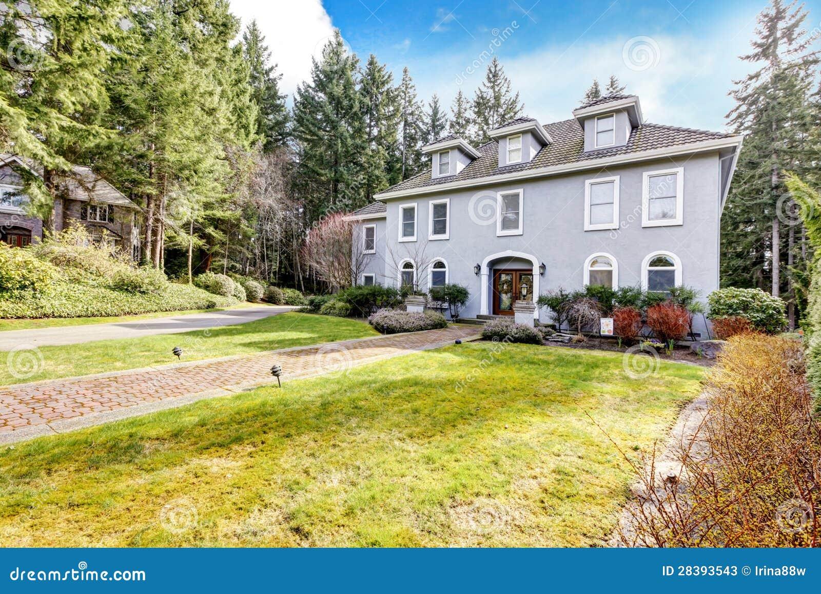 Esterno della casa di grande casa classica grigia con i for Grande design della casa