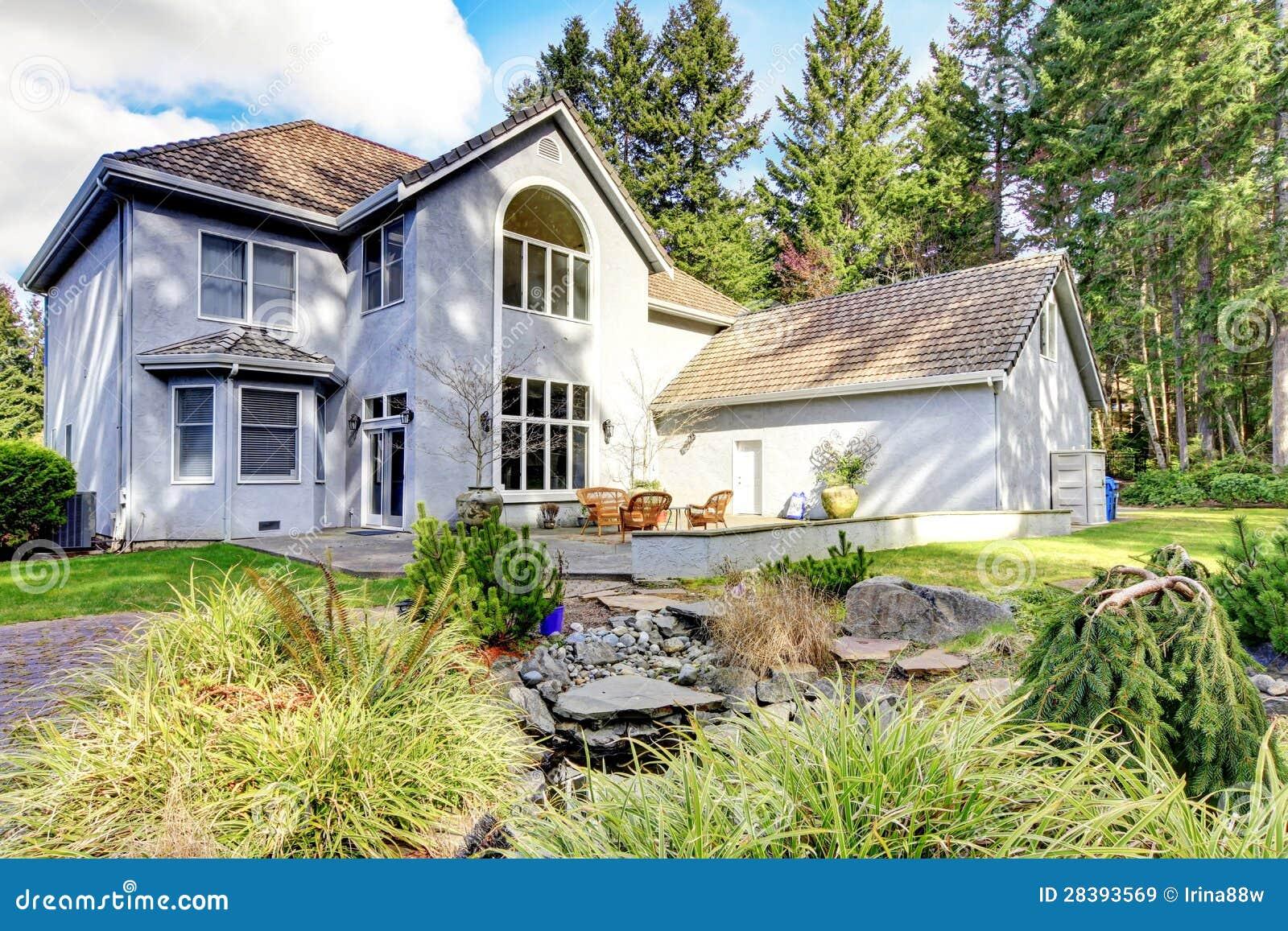 Esterno della casa di grande casa classica grigia con i for Planimetrie della casa di gambrel