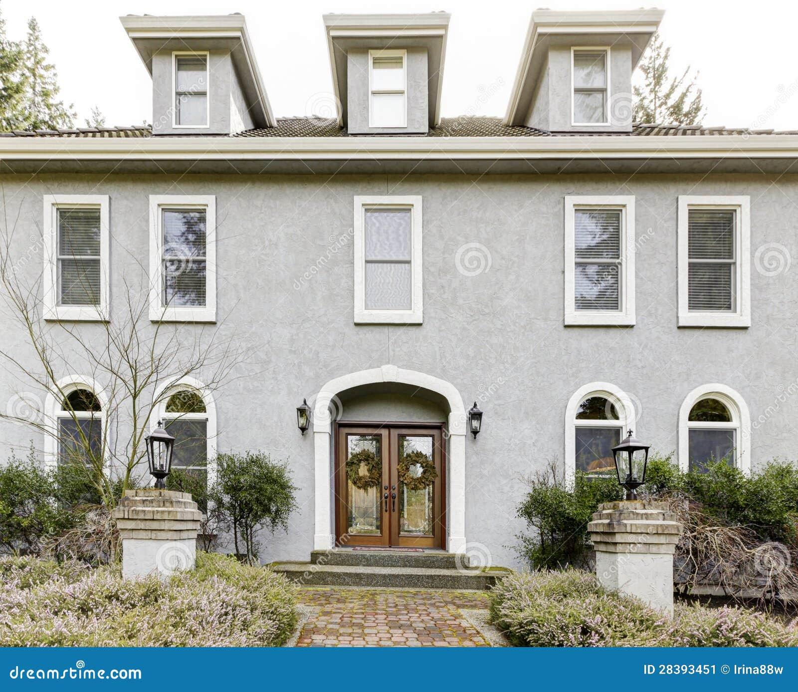 Esterno della casa di grande casa classica grigia con for Porte della casa di tronchi