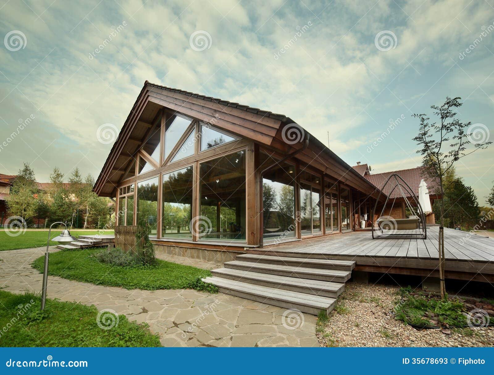 esterno della casa di legno con la piscina immagine stock