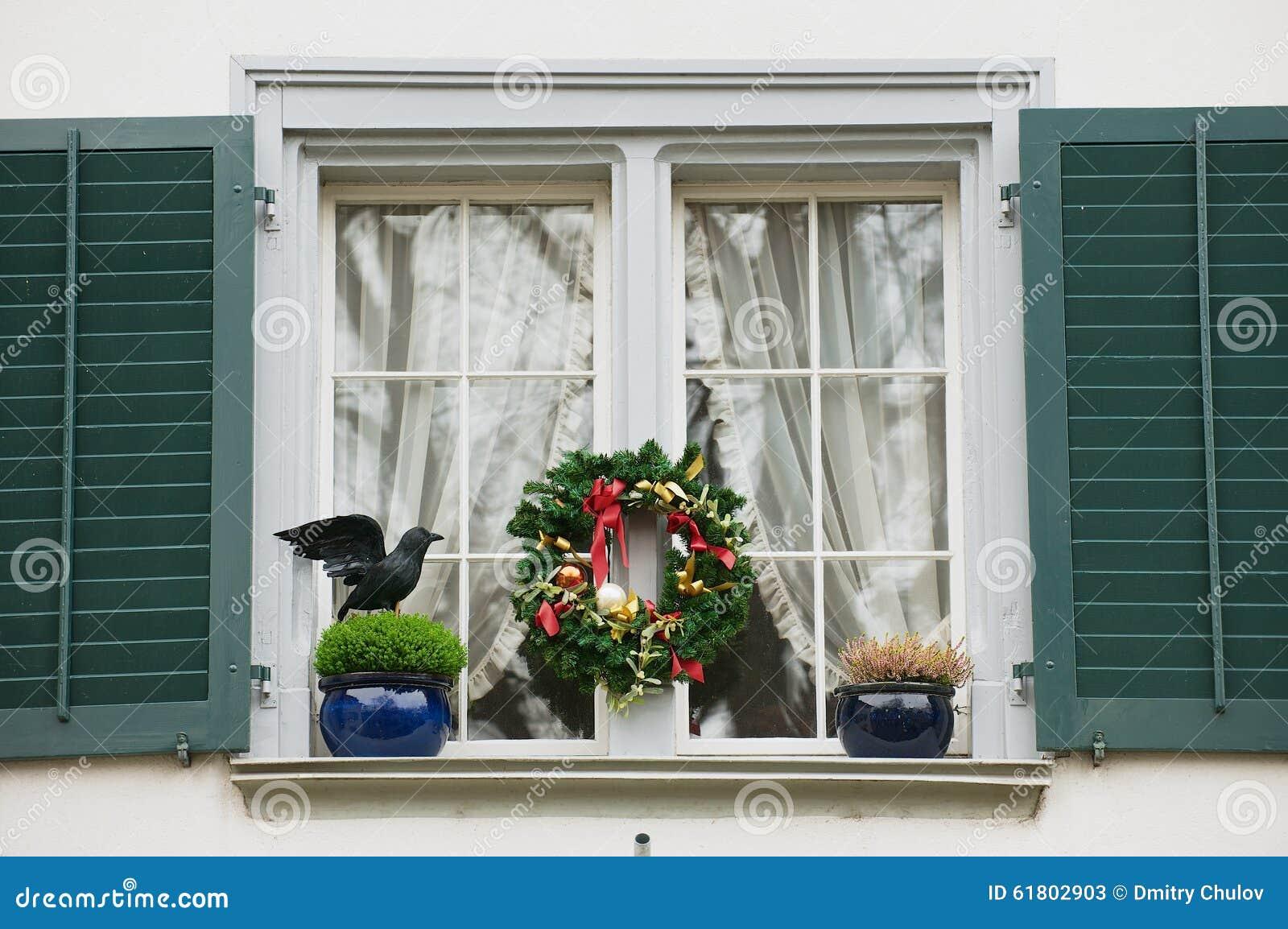 Esterno della finestra con le decorazioni di natale a - Addobbare le finestre per natale ...