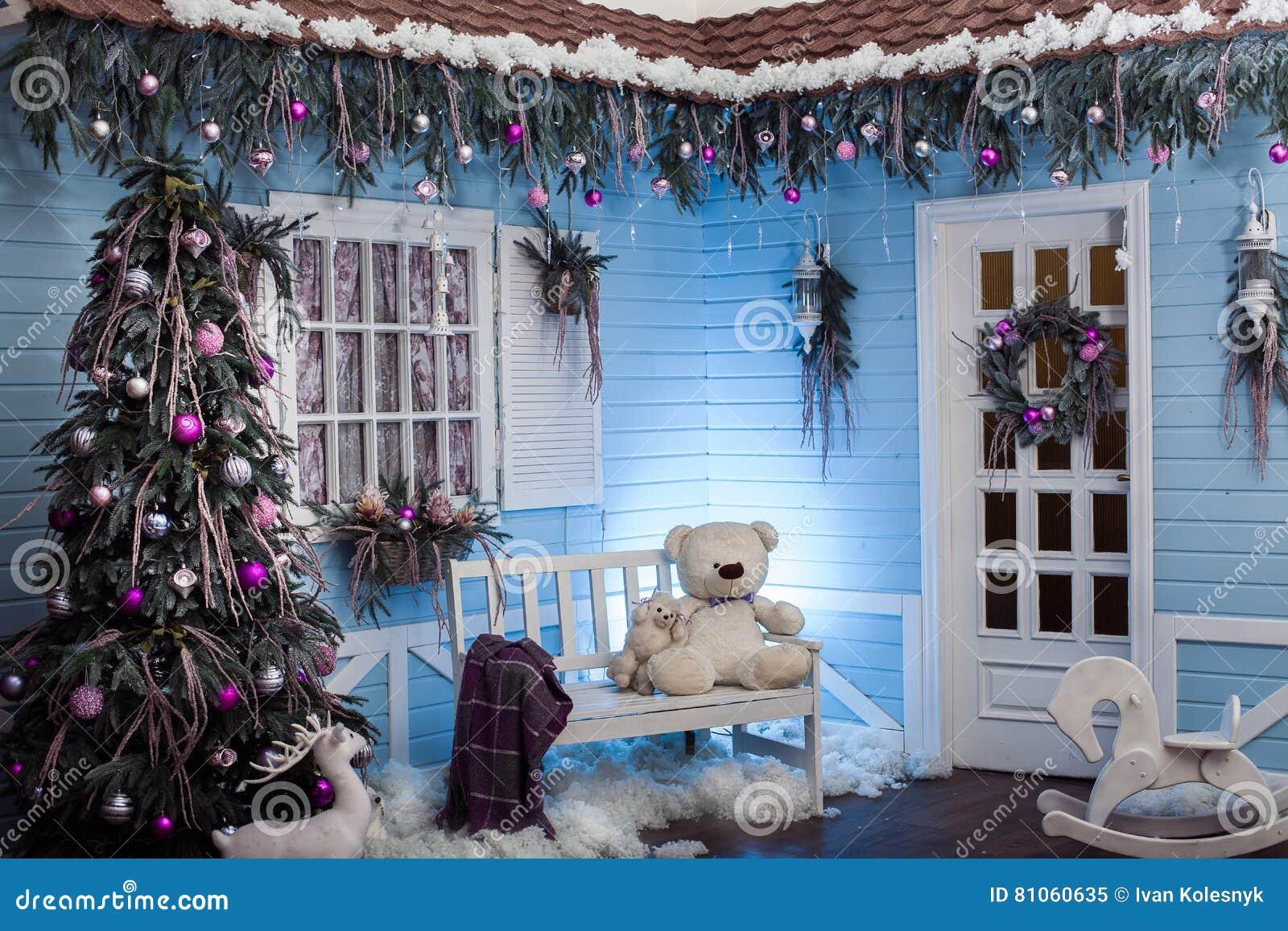 Decorazioni Per Casa Di Natale : Esterno di inverno di una casa di campagna con le decorazioni di
