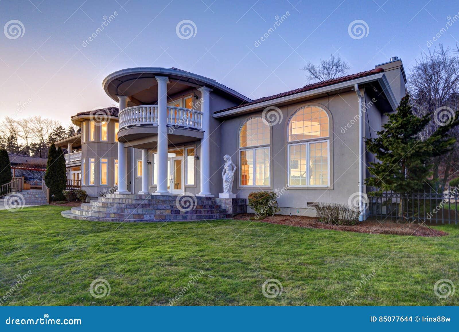 Esterno di lusso della casa di lungomare di stile for Casa di ranch stile artigiano