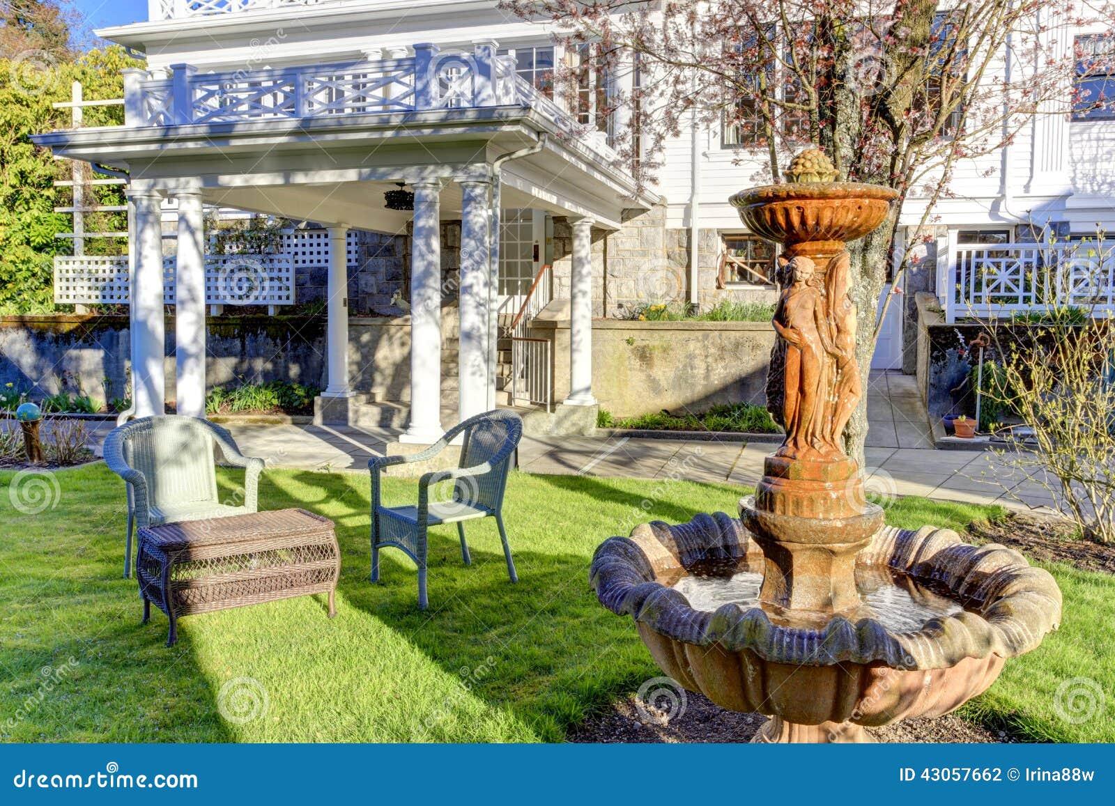 Esterno di lusso della casa fontana nel giardino del - Foto case con giardino ...