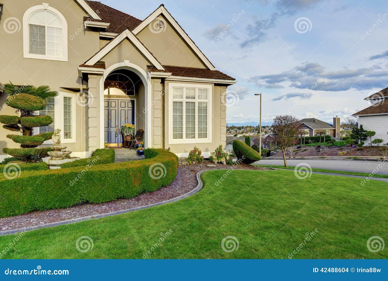 Esterno di lusso della casa vista del portico dell 39 entrata - Entrata di casa ...