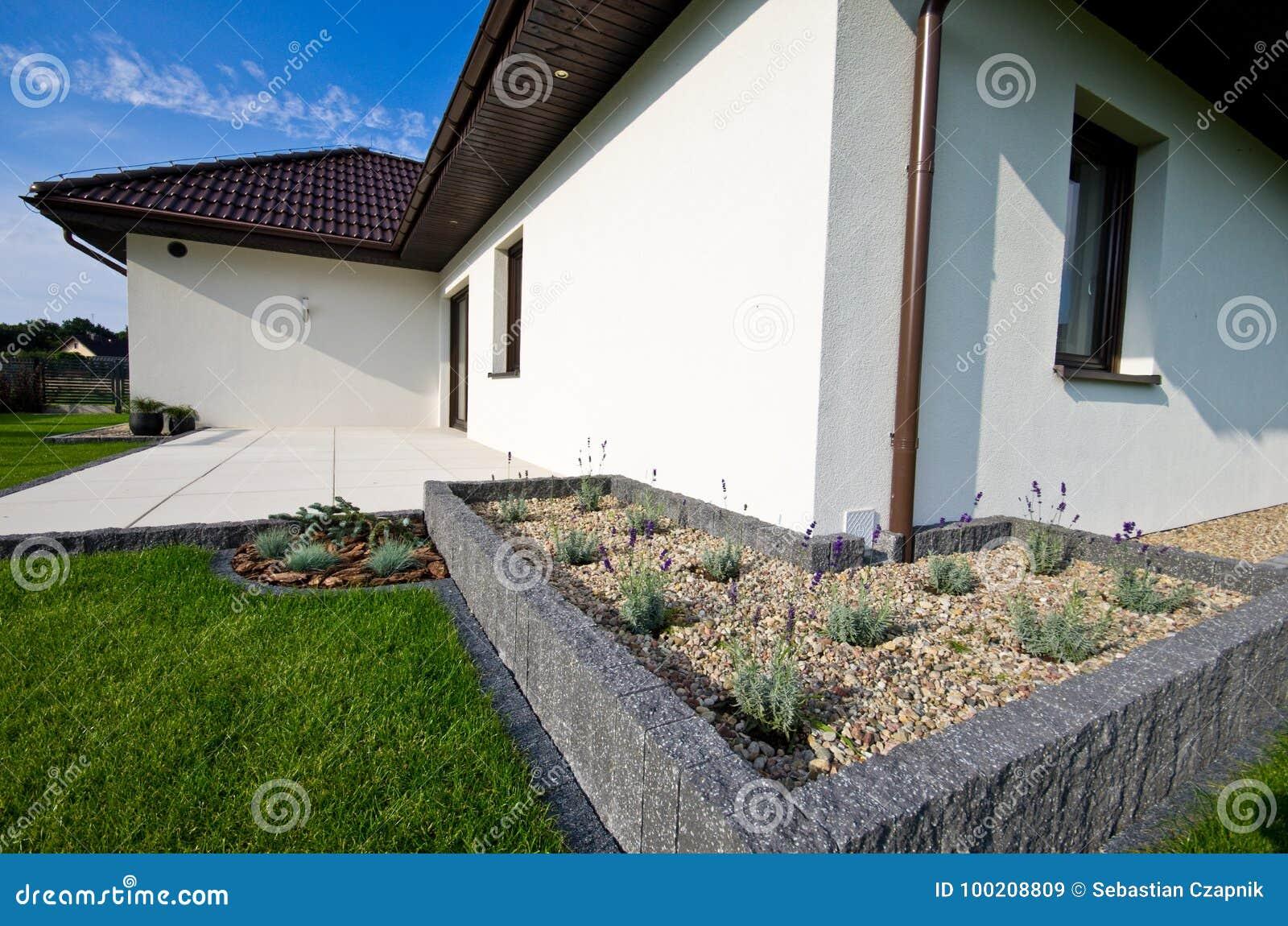 Esterno Di Una Casa : Esterno di una casa moderna con architettura elegante immagine