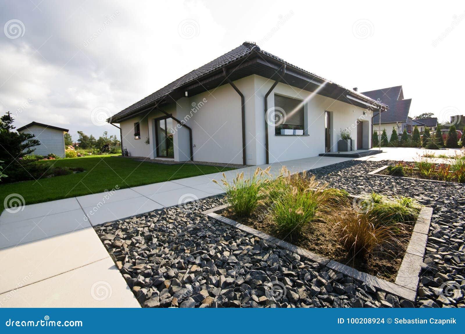 Esterno di una casa moderna con architettura elegante for Architettura casa moderna