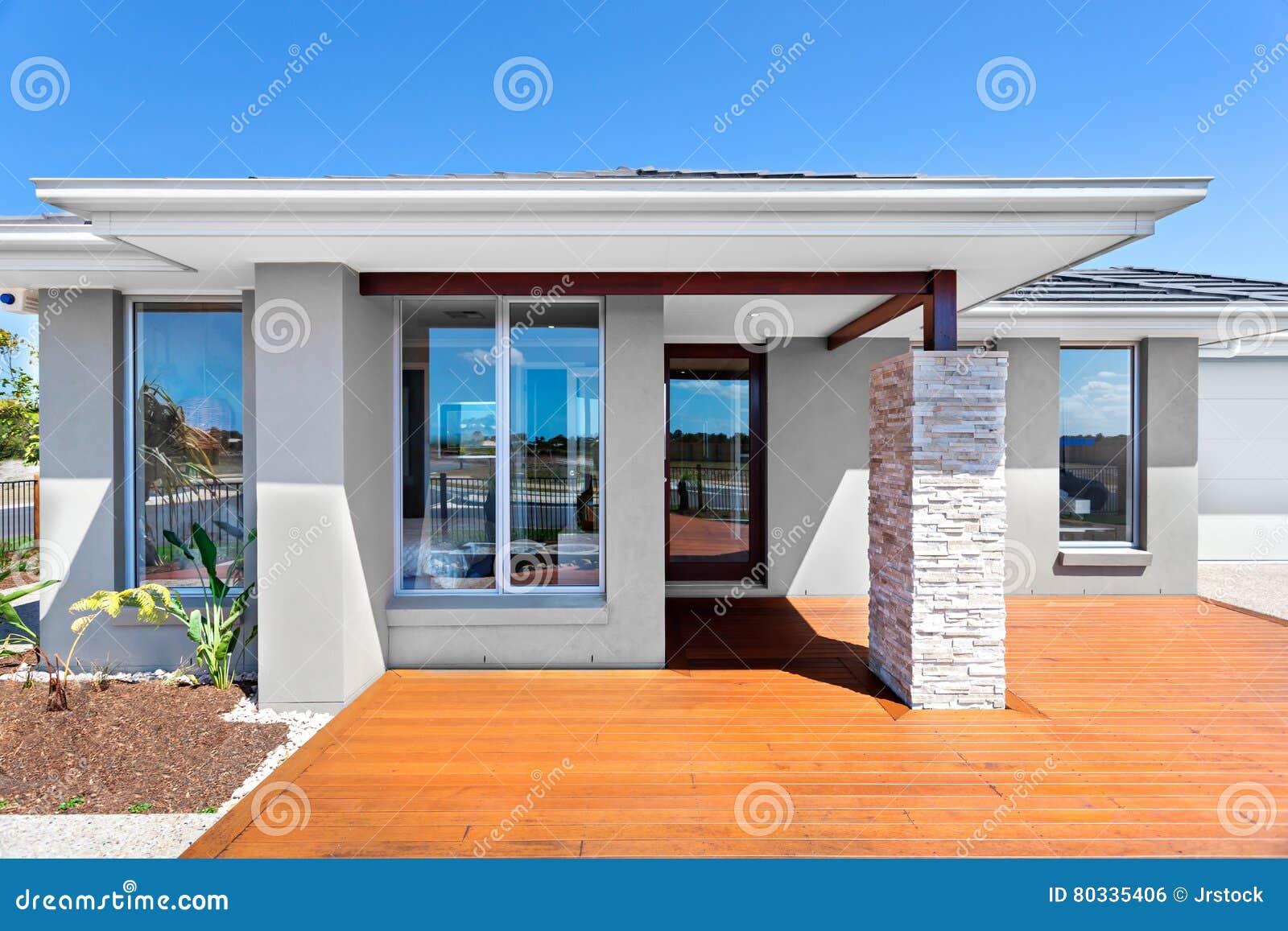 Esterno Di Una Casa : Esterno di una casa moderna con un pavimento di legno con cielo
