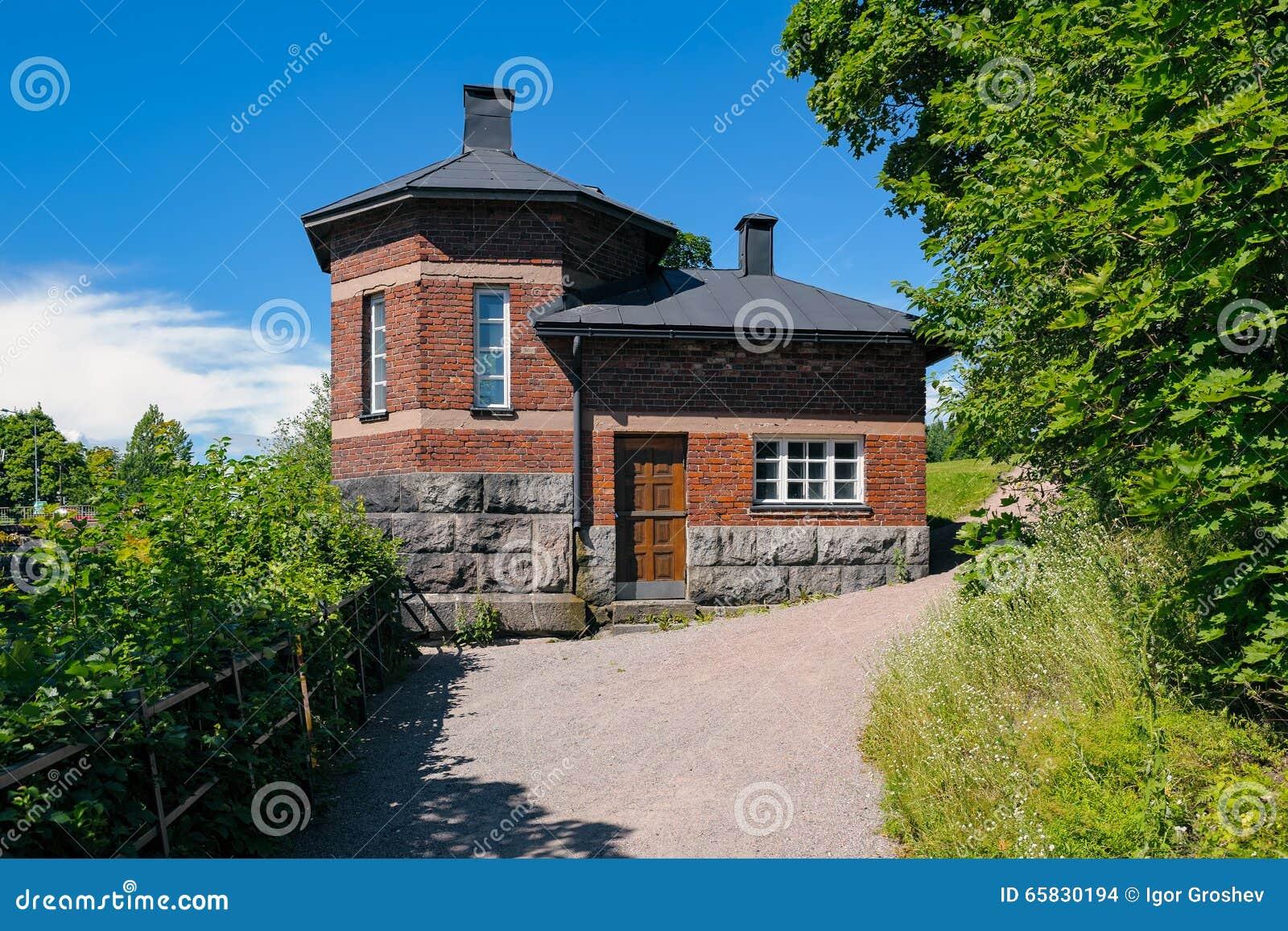 Esterno di vecchia casa con mattoni a vista su un fondamento di ...
