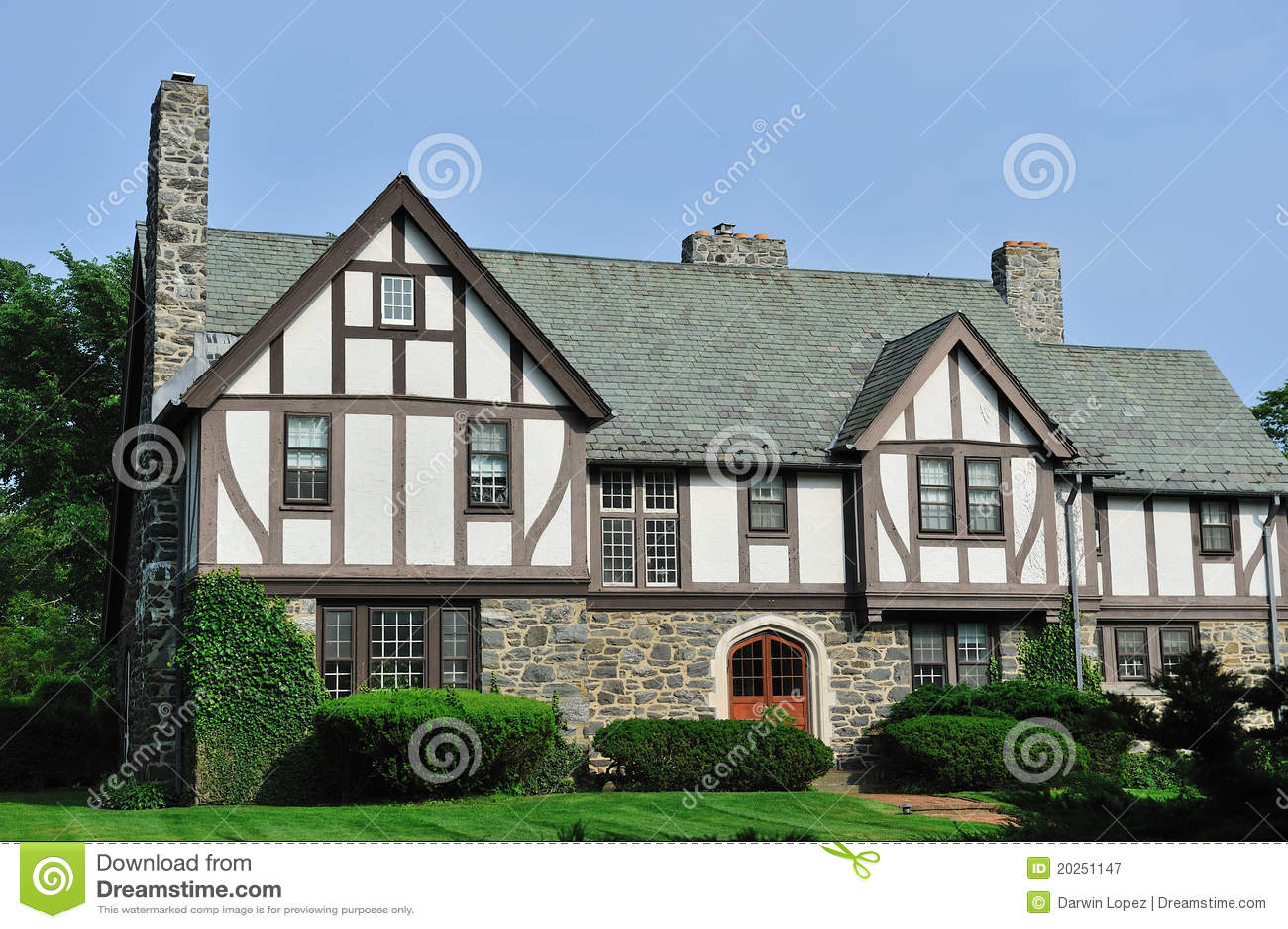 Esterno inglese della casa di tudor immagine stock for Progetti di casa tudor