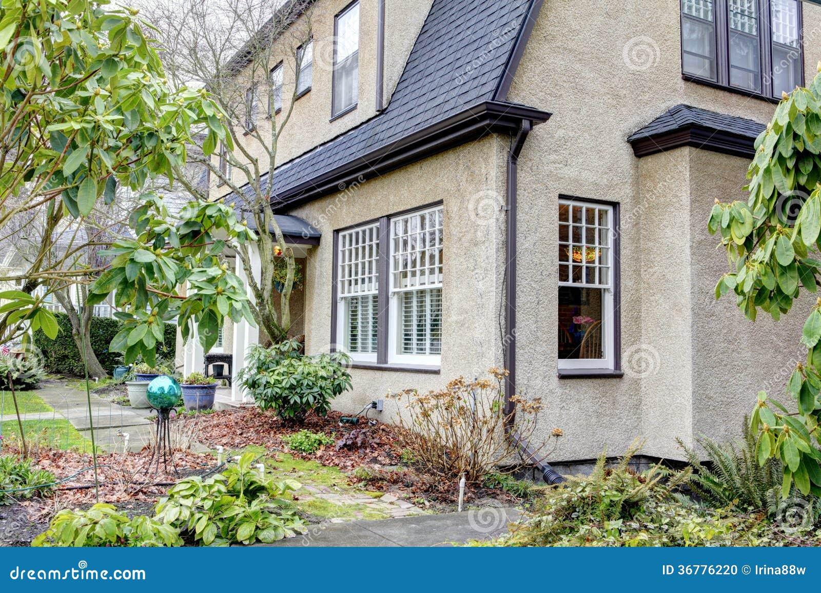 Awesome esterno sveglio della casa della cittadina - Finestre stile americano ...