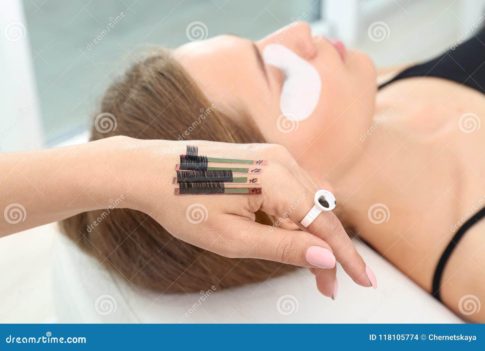 Estetista che prepara per la procedura di estensioni del ciglio