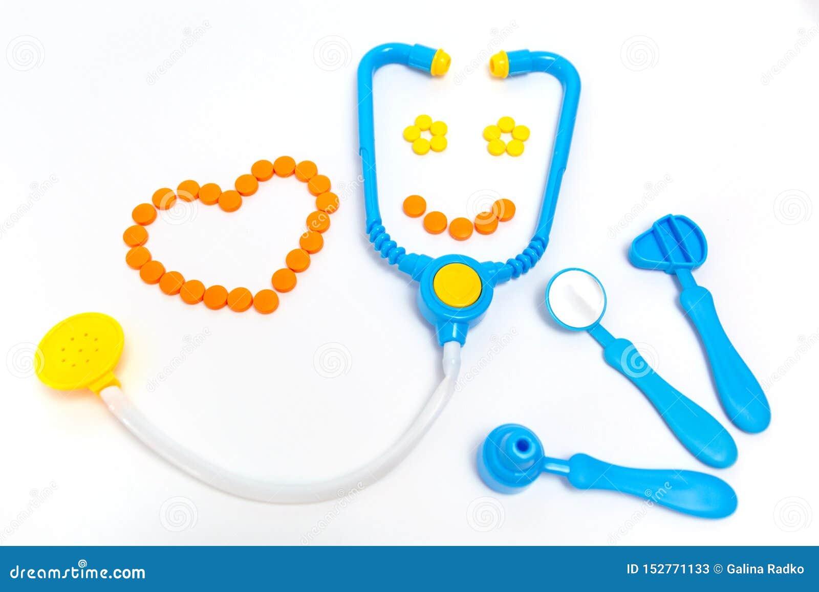 Estetoscópio azul, otoscope, martelo, espelho dental isolado no fundo branco Conceito da medicina Os brinquedos das crianças pela