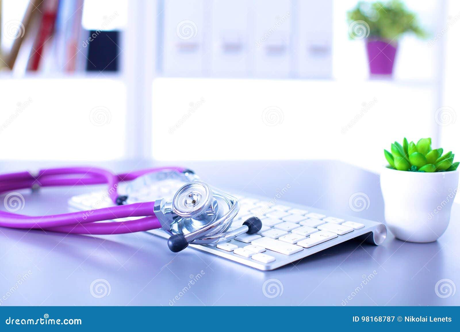 Estetoscópio médico com um computador na mesa