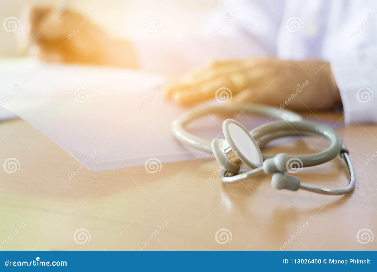 Estetoscopio colocado en el doctor