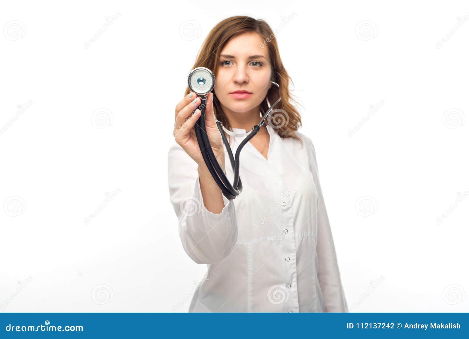 Estetoscopio de la toma del doctor de la mujer con concepto de la salud del pecho